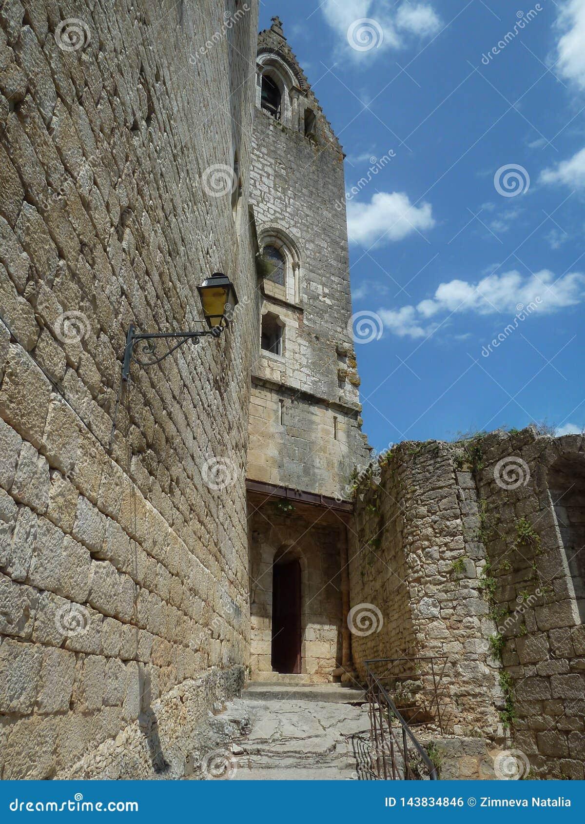 Τεμάχιο του χωριού Rocamadour που σκαρφαλώνει σε έναν απότομο βράχο