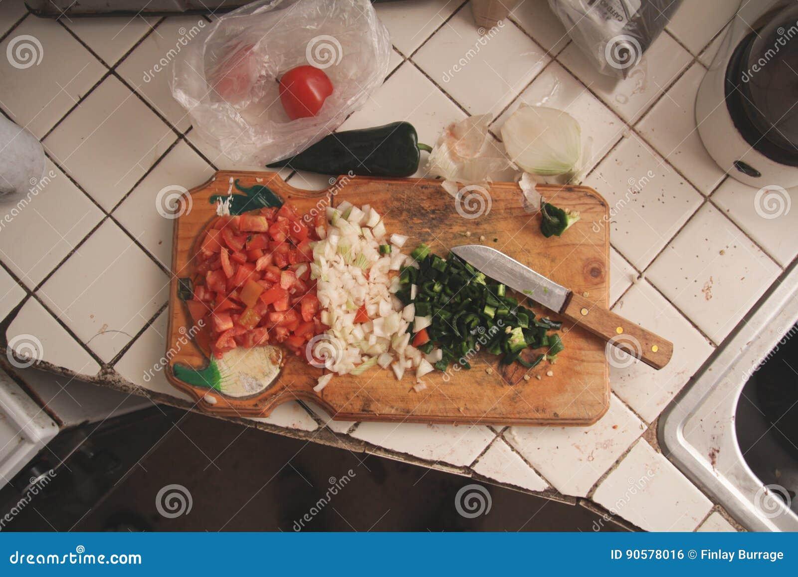 Τεμαχισμένα λαχανικά στον τέμνοντα πίνακα