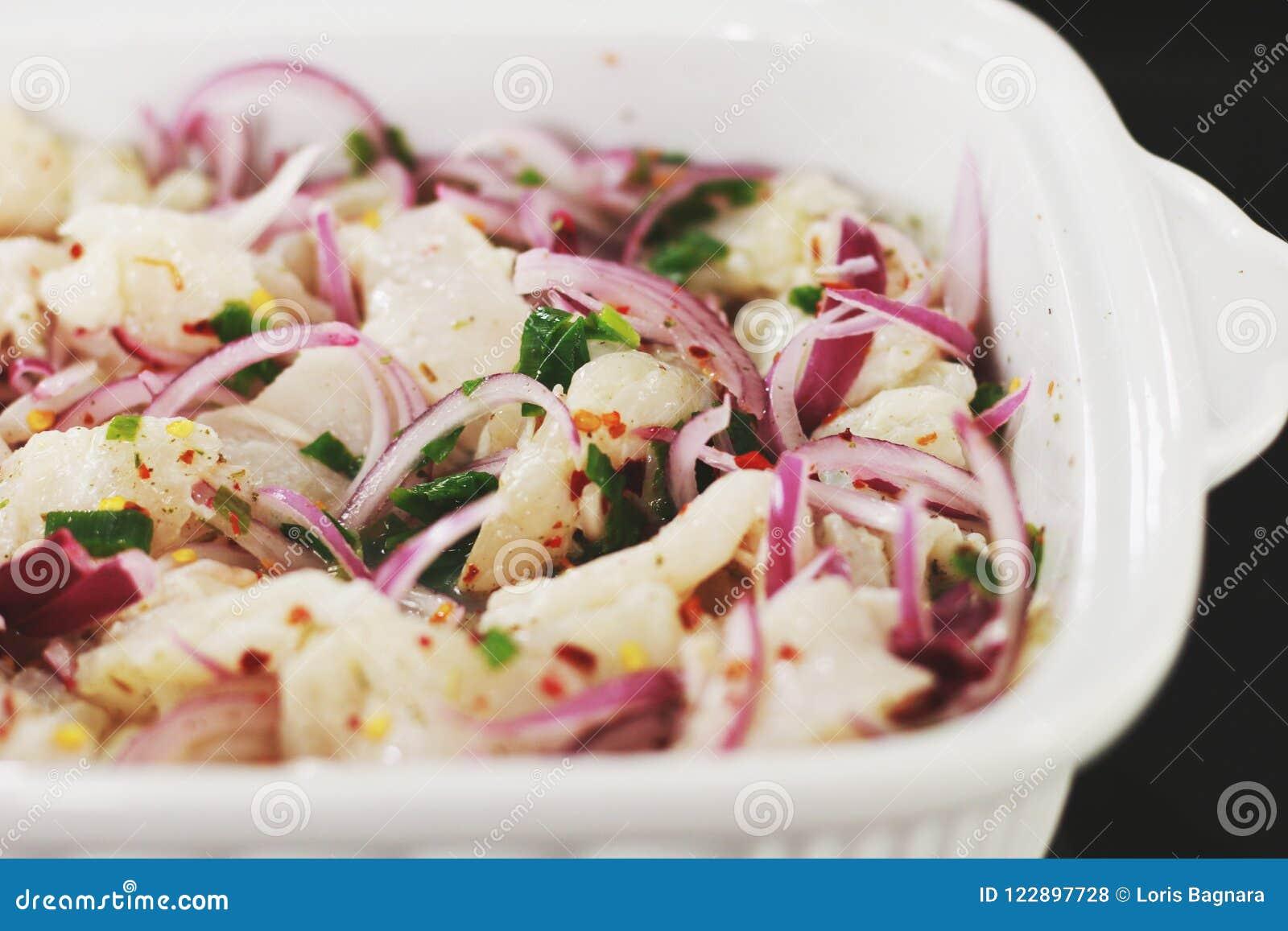 Τεμαχισμένα λαχανικά στο άσπρο κεραμικό κύπελλο