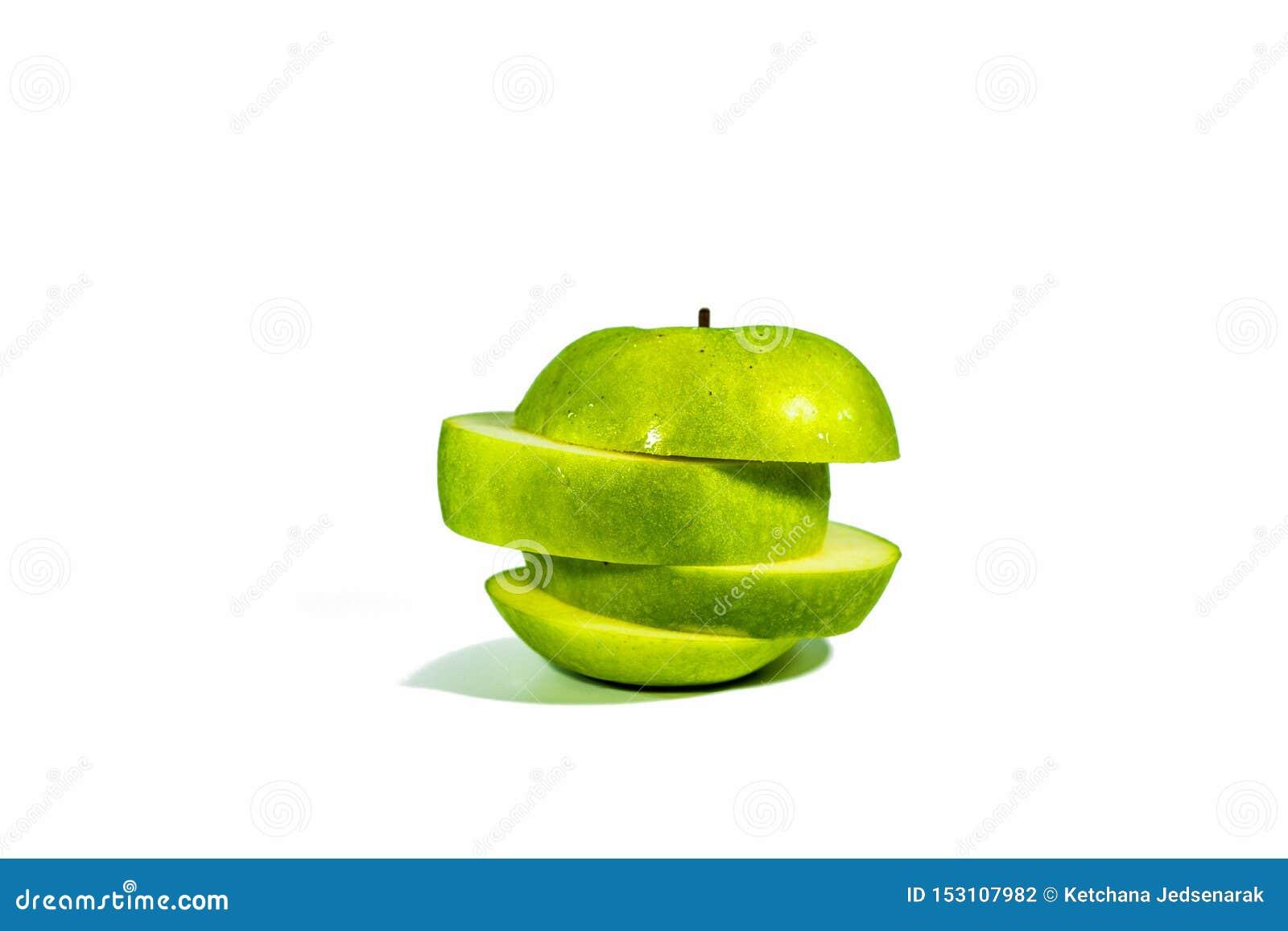 Τεμαχισμένα πράσινα μήλα, που συσσωρεύονται απομονωμένος σε ένα άσπρο υπόβαθρο