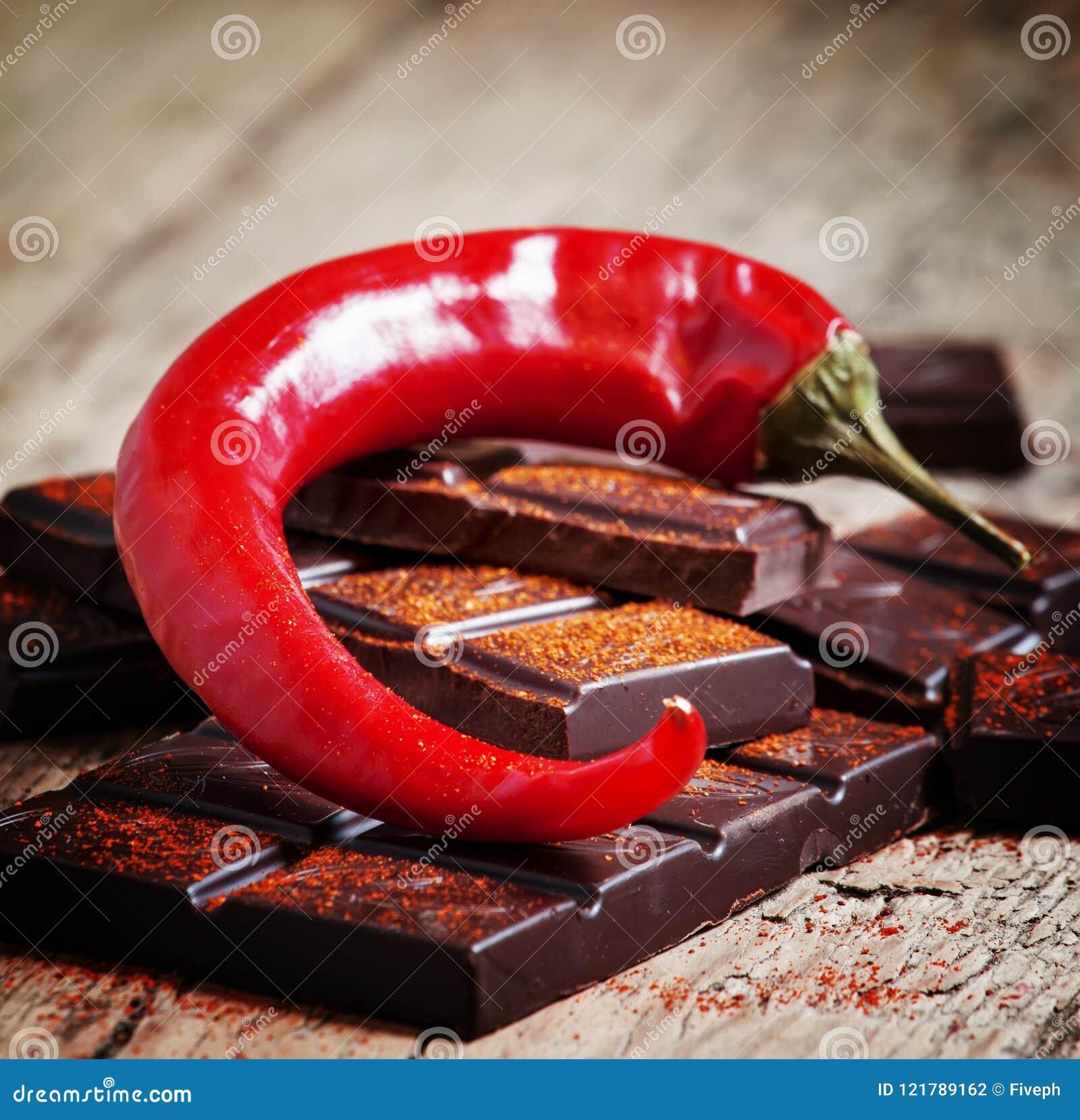 Τεμαχισμένη σκοτεινή σοκολάτα, κόκκινο πιπέρι τσίλι και κόκκινο πιπέρι, selecti