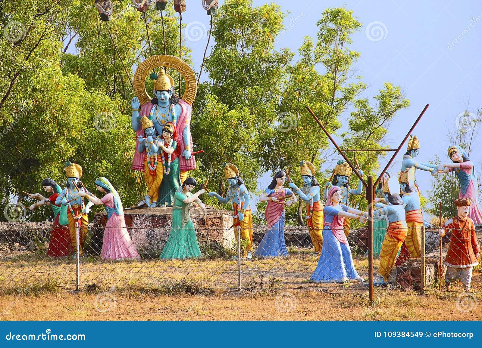 Τεράστιο άγαλμα του Λόρδου Shri Krishna και Radha με Gopis που εκτελεί raas το leela, ναός Nilkantheshwar