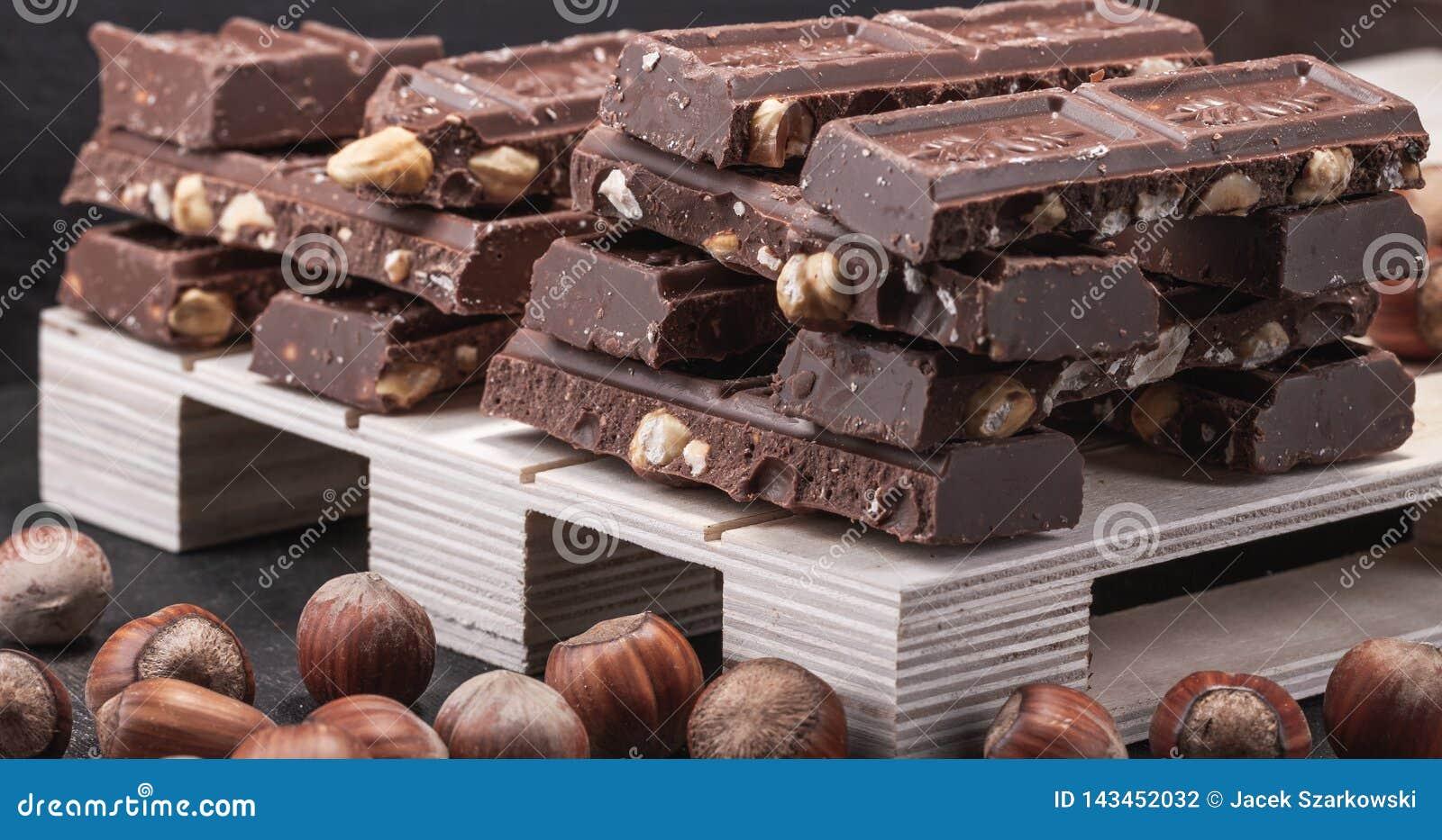Τεράστιο ποσό της σοκολάτας γάλακτος με ολόκληρα τα φουντούκια