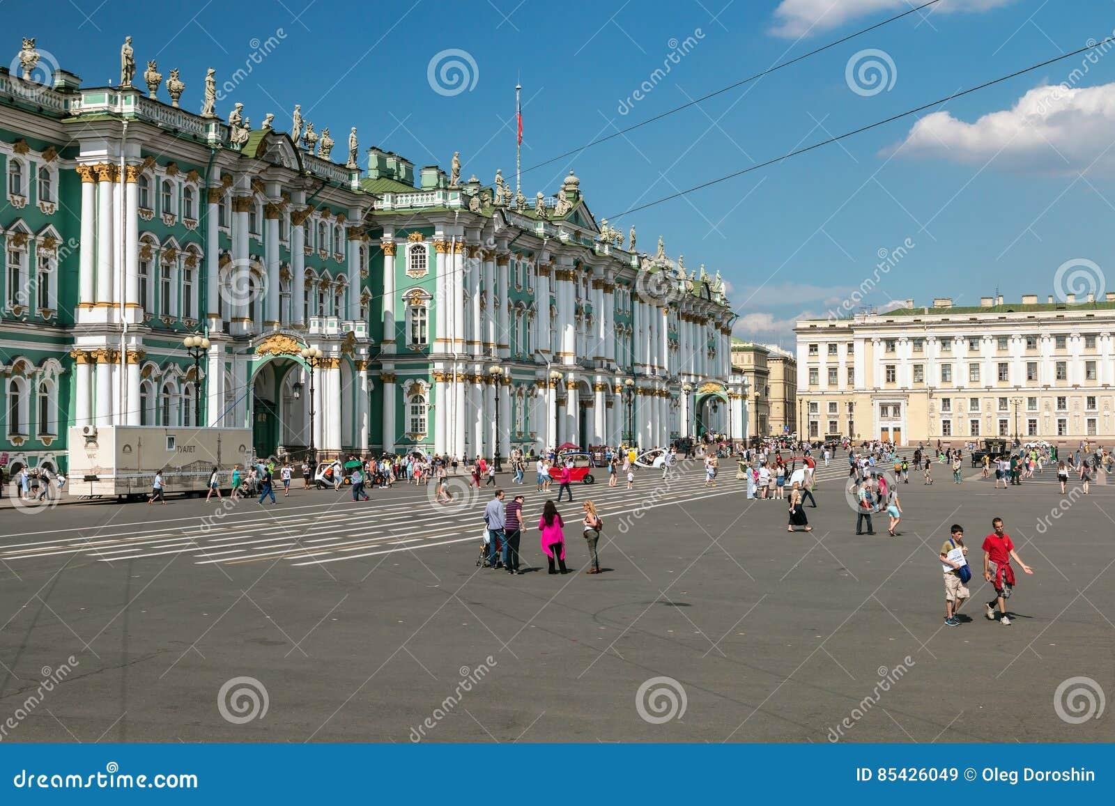 Τετραγωνικοί και περπατώντας τουρίστες και άνθρωποι παλατιών