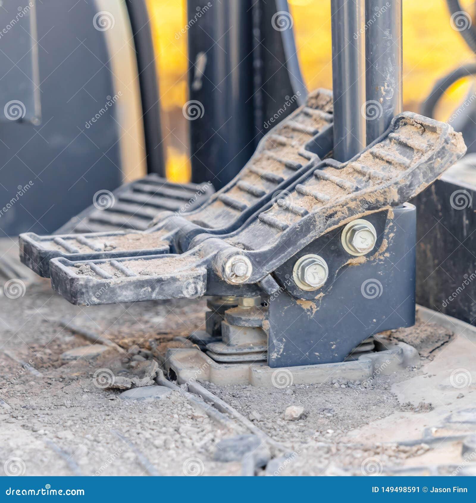 Τετραγωνικό εσωτερικό ενός οχήματος κατασκευής με στενό επάνω στα πεντάλια και το πάτωμα ποδιών