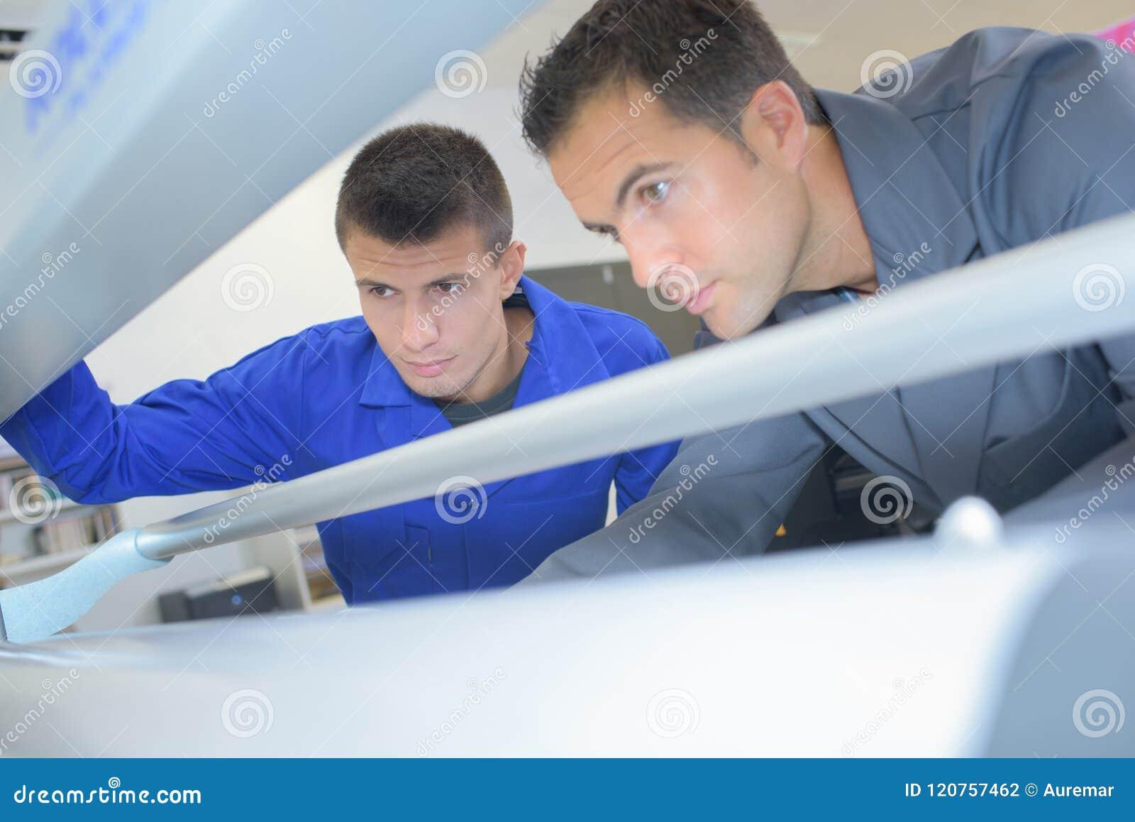 Τεχνικοί που εργάζονται στη μηχανή