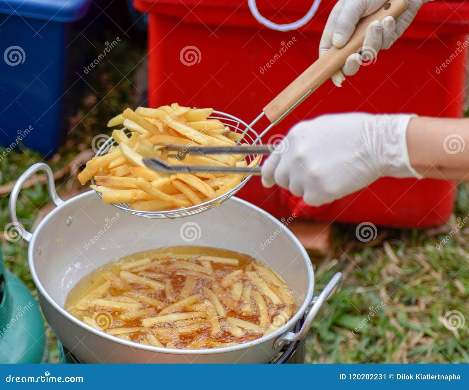 Τηγανίζοντας πατάτα