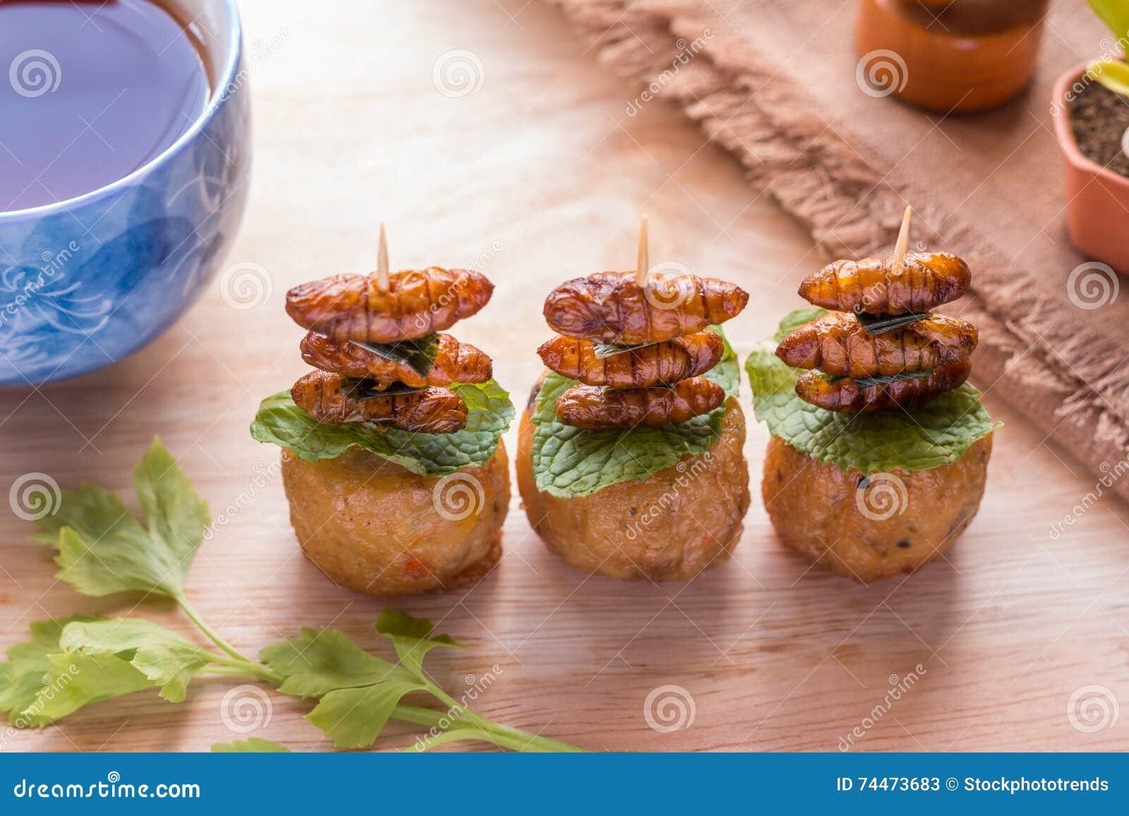 Τηγανισμένα έντομα - ξύλινο έντομο σκουληκιών τριζάτο με το ρόλο κοτόπουλου κατόπιν