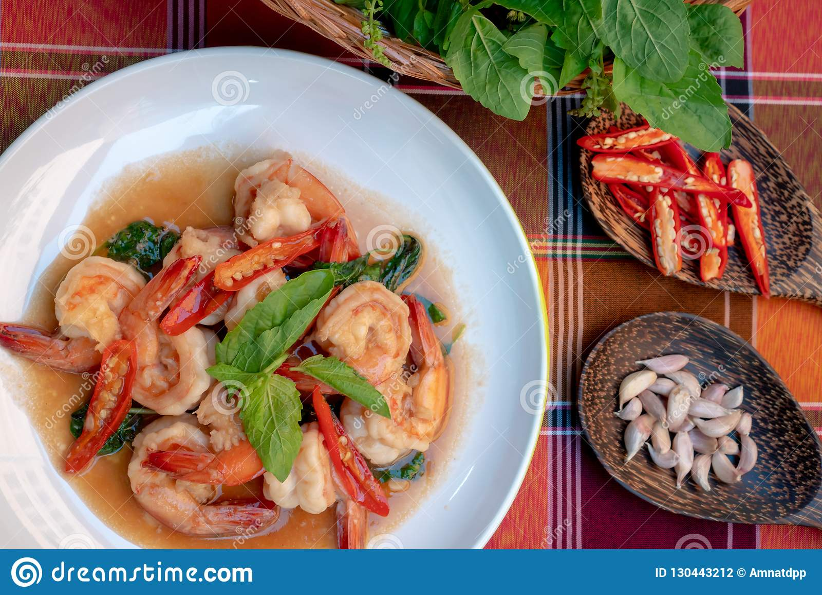 Τηγανισμένες γαρίδες με τα γλυκά φύλλα βασιλικού, πικάντικα ταϊλανδικά τρόφιμα