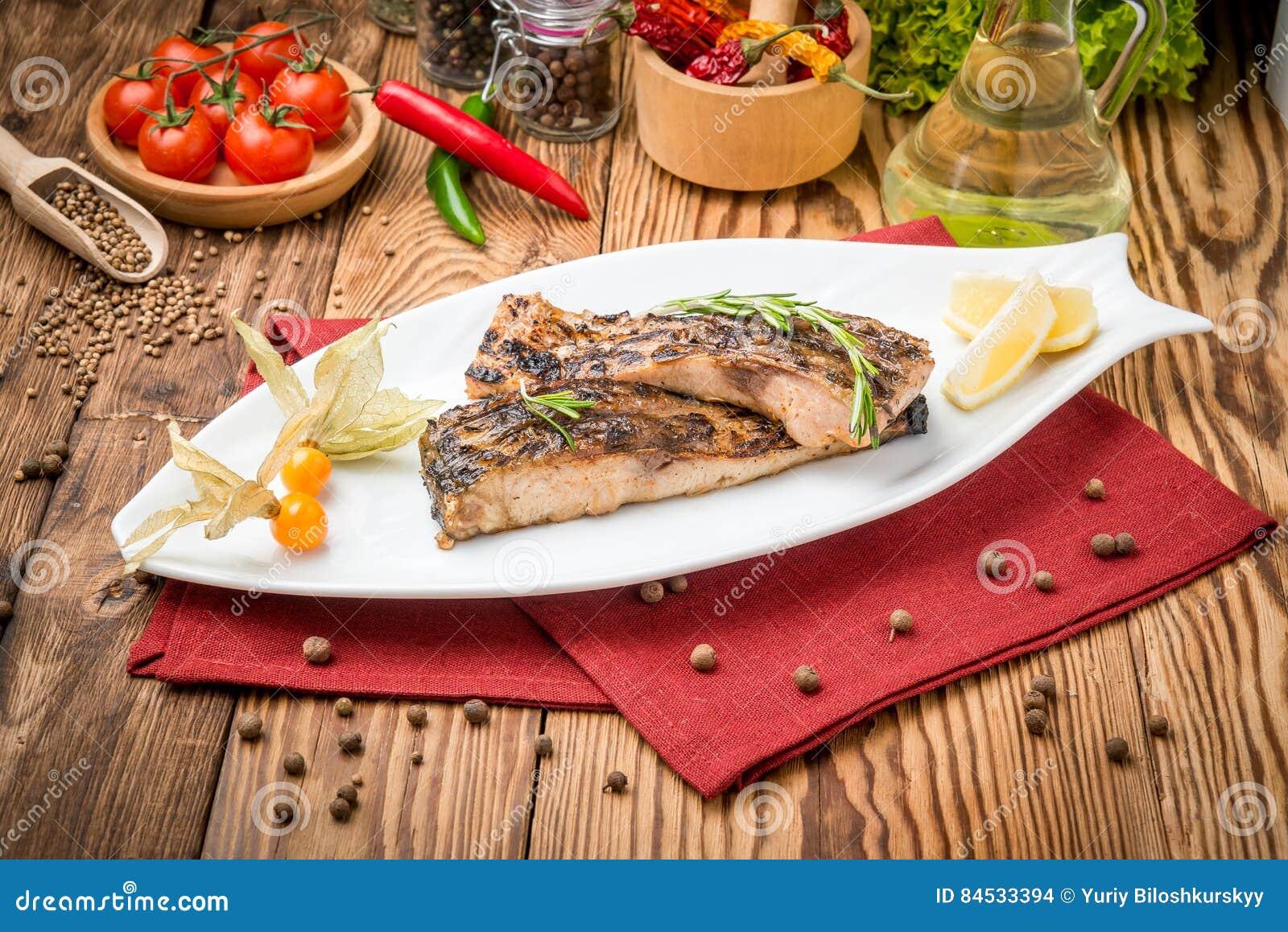 Τηγανισμένος κυπρίνος ψαριών στη σχάρα