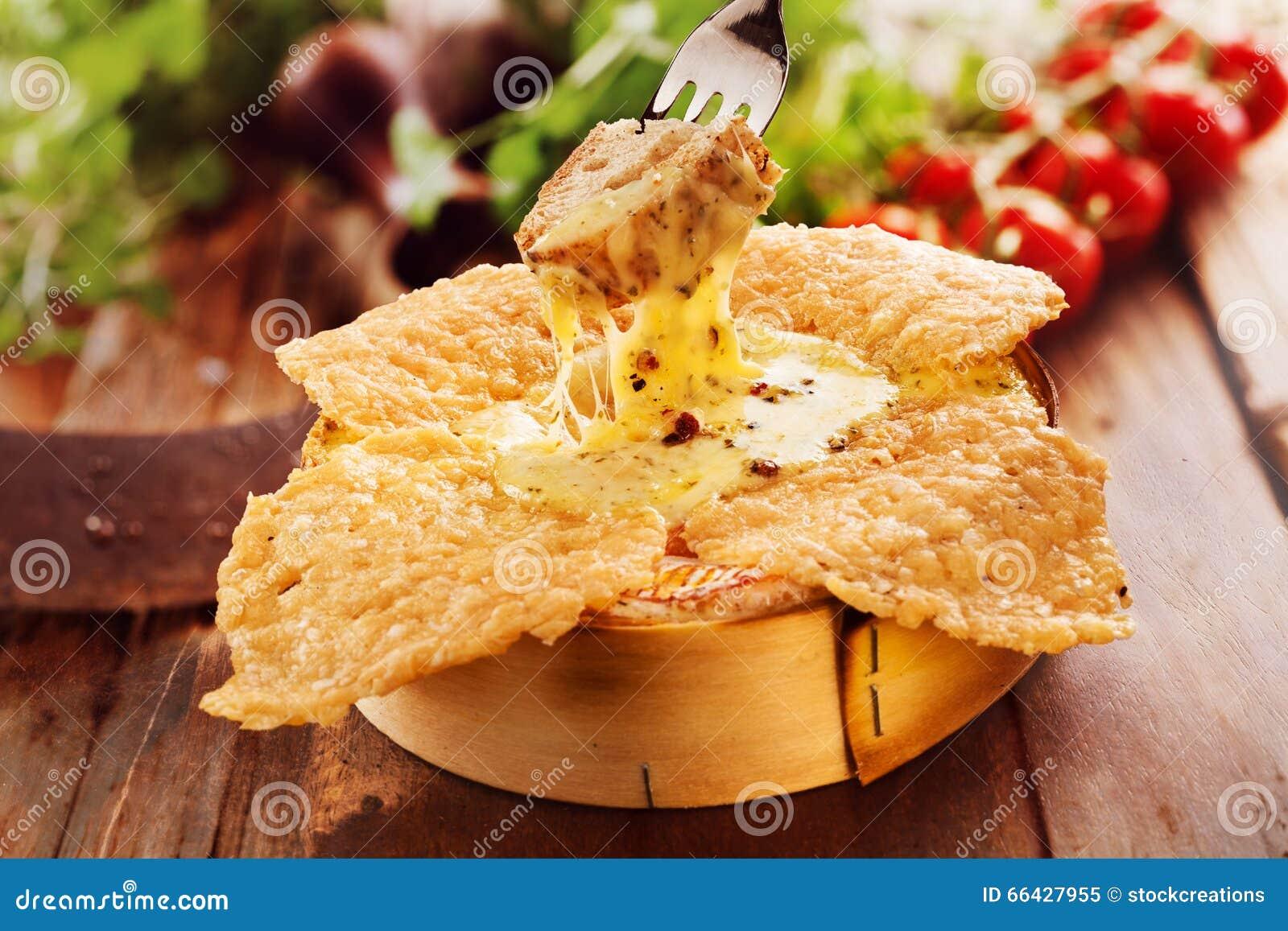 Τηγανισμένο ή camembert ψητού φούρνων τυριών εμβύθιση ειδικότητας που ψήνονται στη σχάρα,