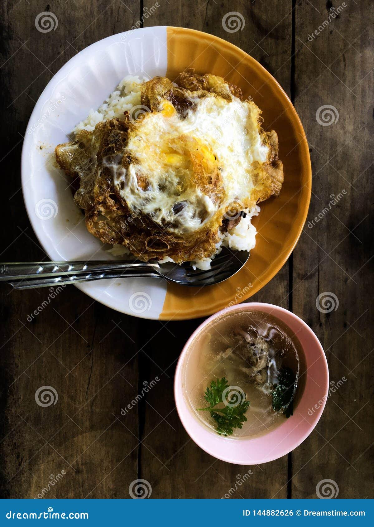 Τηγανισμένο ρύζι και βαλμένο φωτιά αυγό Δημοφιλή ταϊλανδικά τρόφιμα