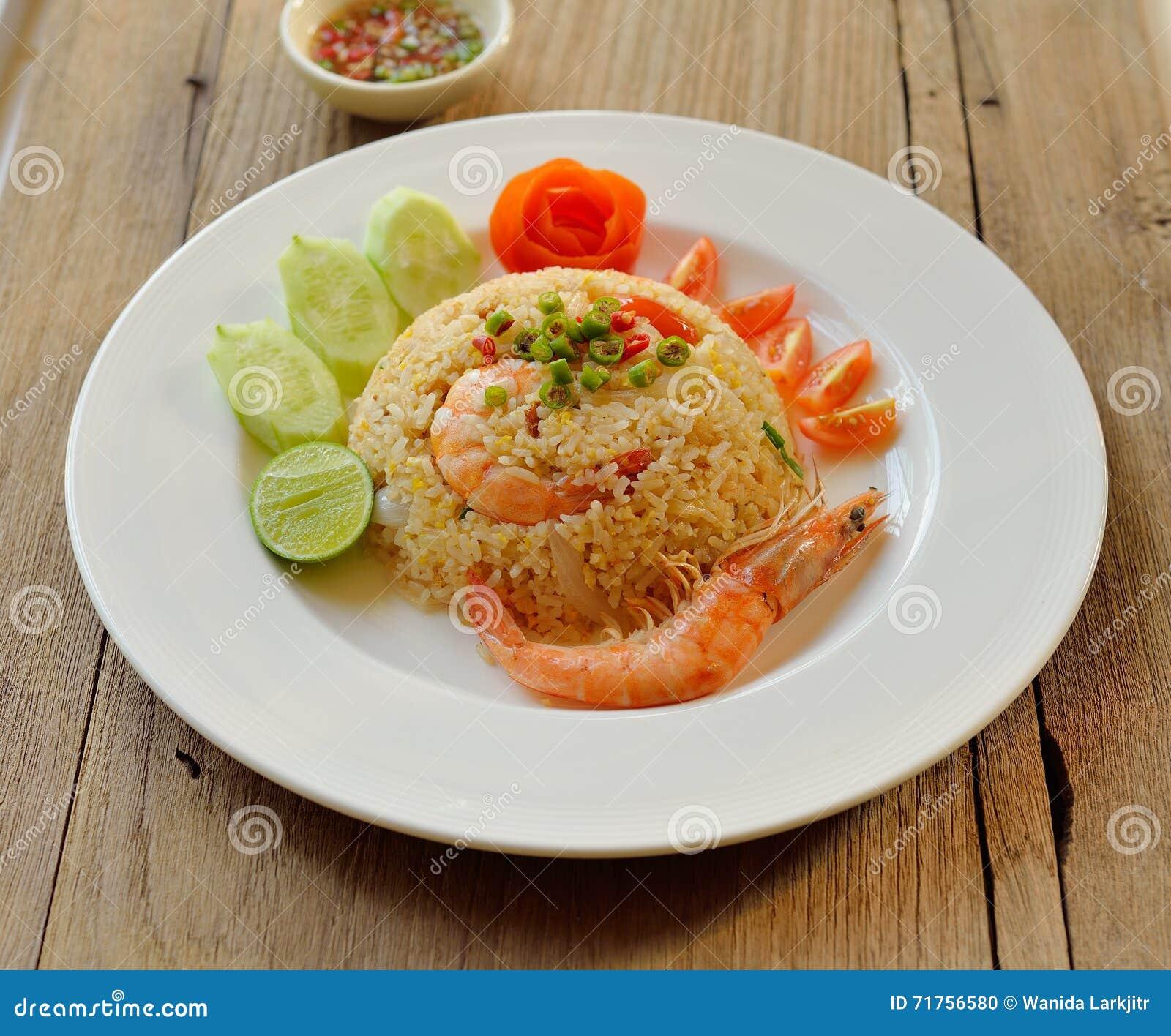 Τηγανισμένο ρύζι με τις γαρίδες στο άσπρο πιάτο