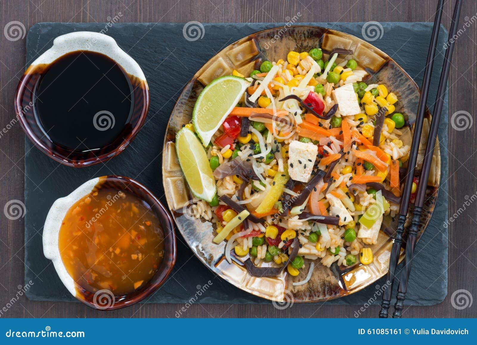 Τηγανισμένο ρύζι με tofu και τα λαχανικά, κινηματογράφηση σε πρώτο πλάνο