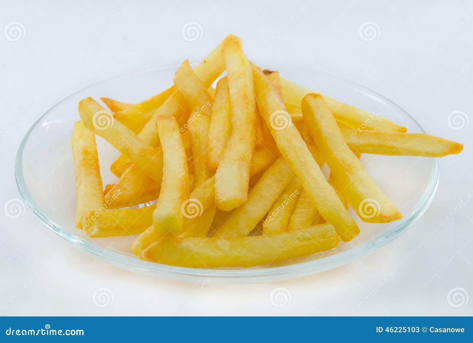 τηγανιτές πατάτες στο πιάτο σε ένα άσπρο υπόβαθρο