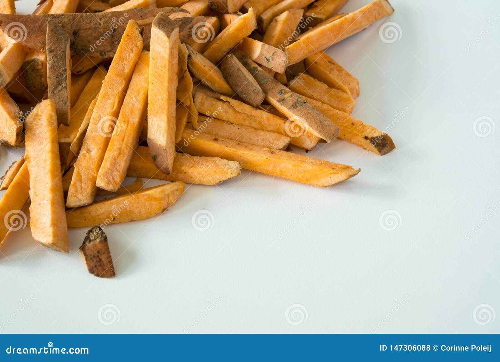 Τηγανιτές πατάτες φιαγμένες από γλυκιά πατάτα, στο άσπρο υπόβαθρο