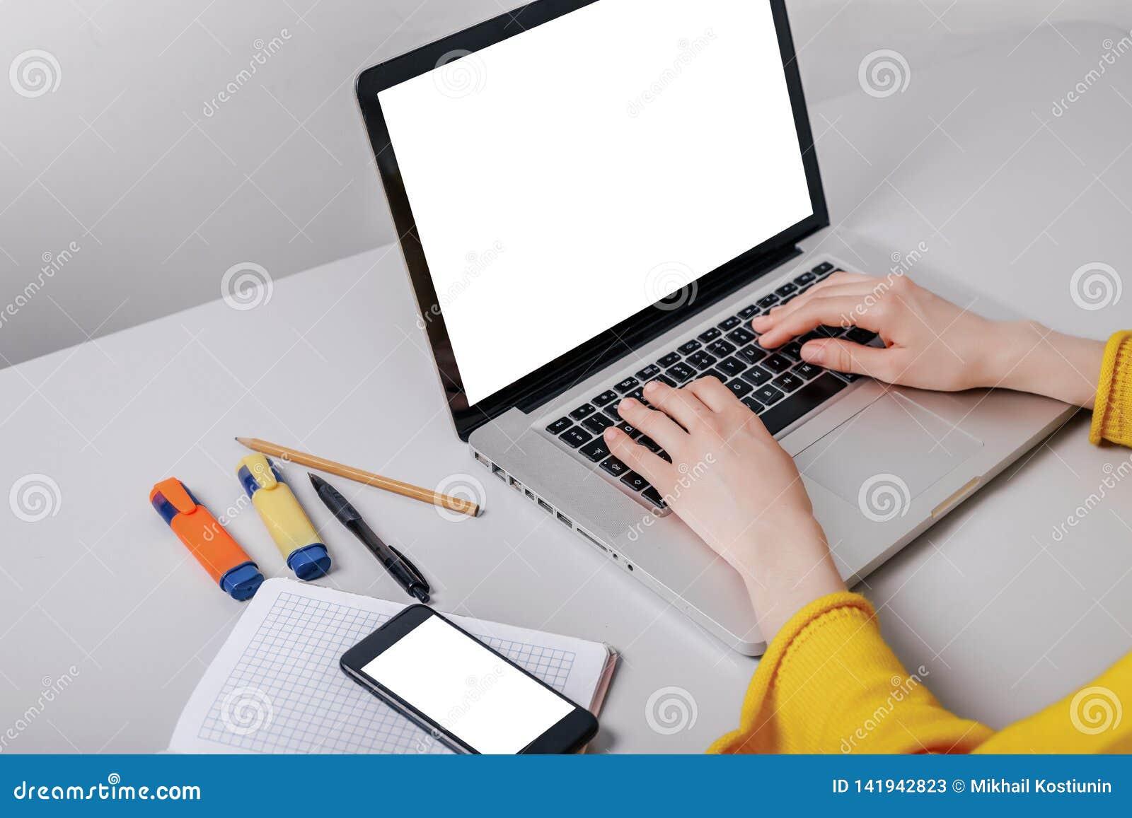 Τηλέφωνο κυττάρων εικόνας προτύπων, δακτυλογράφηση χεριών υπολογιστών με την κενή οθόνη για το κείμενο, κορίτσι χρησιμοποιώντας τ