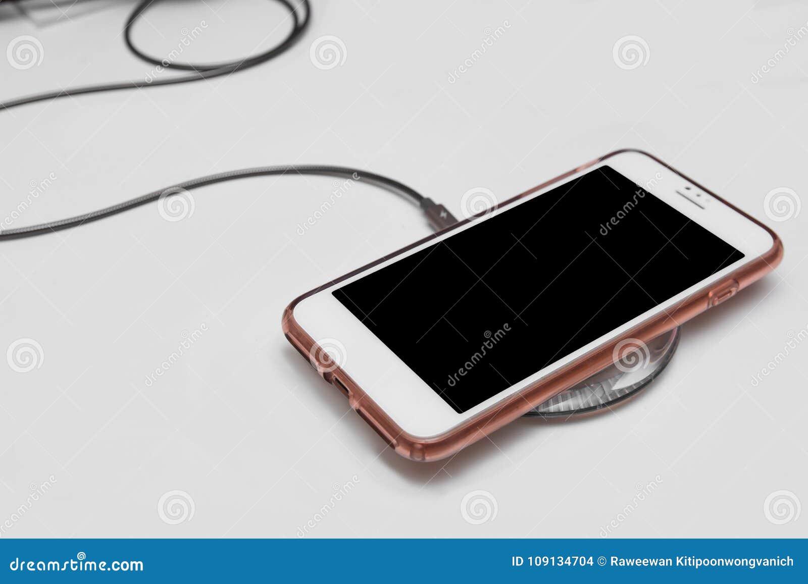 Τηλέφωνο κυττάρων στο ασύρματο μαξιλάρι χρέωσης