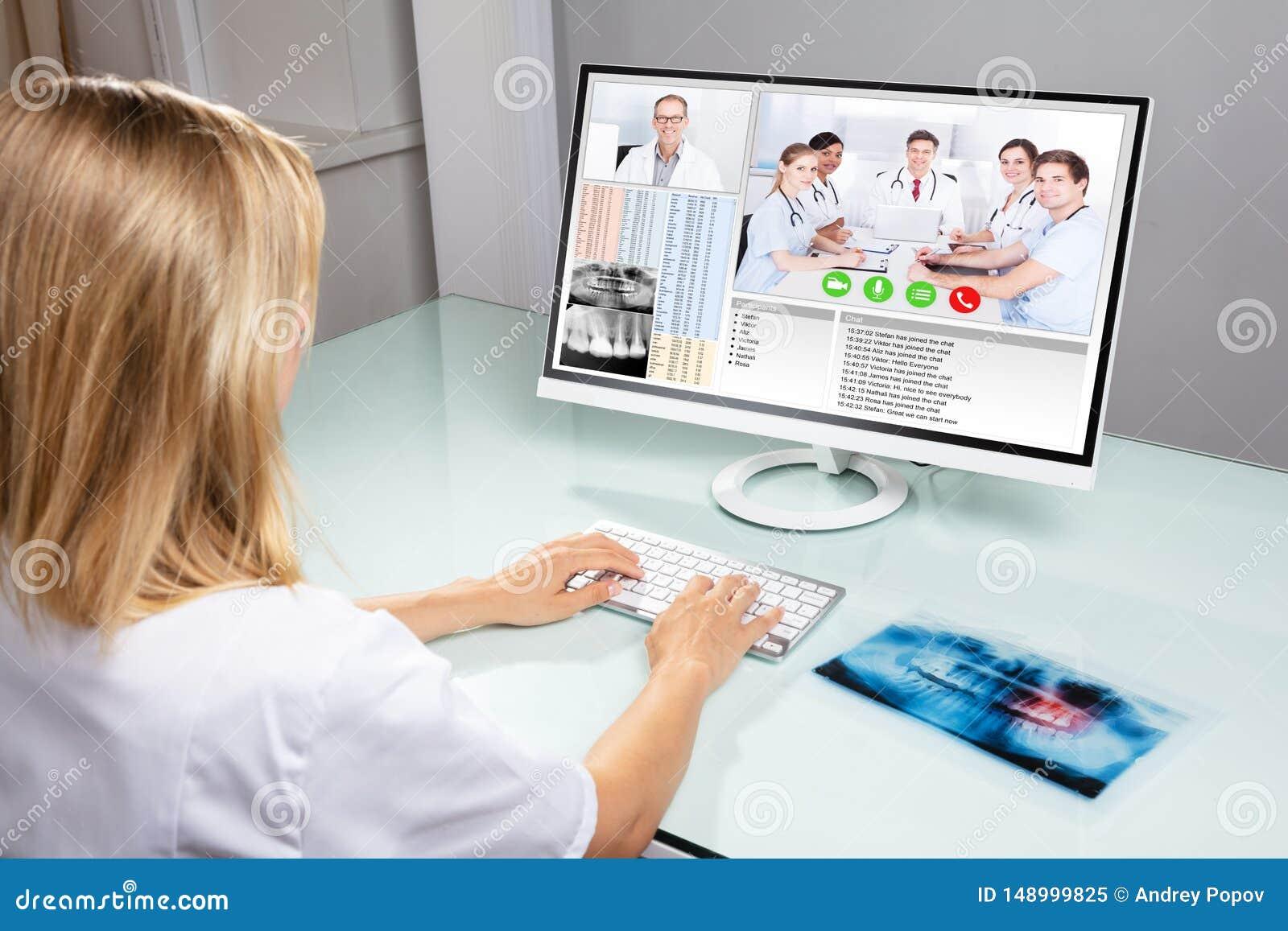 Τηλεοπτική σύσκεψη οδοντιάτρων με τους συναδέλφους της στον υπολογιστή