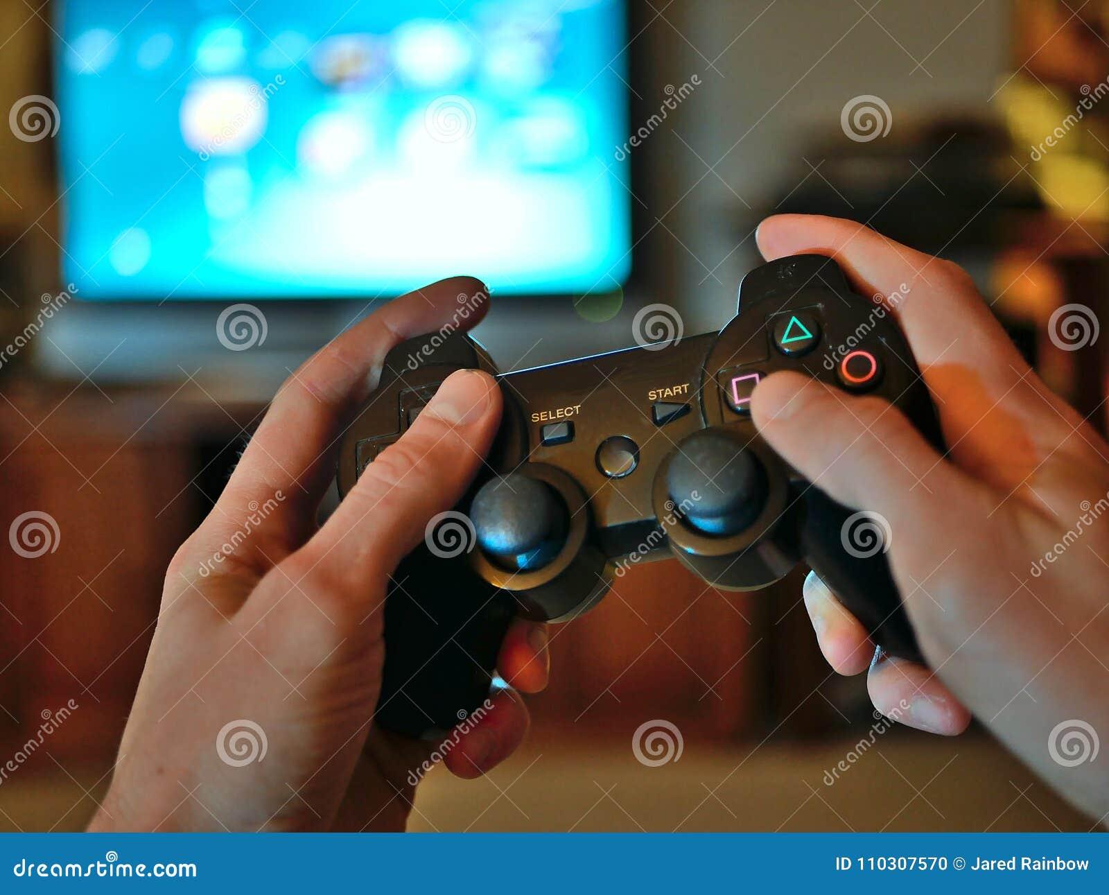 Τηλεοπτικός ελεγκτής κονσολών παιχνιδιών για το τυχερό παιχνίδι που κρατιέται στα χέρια gamers