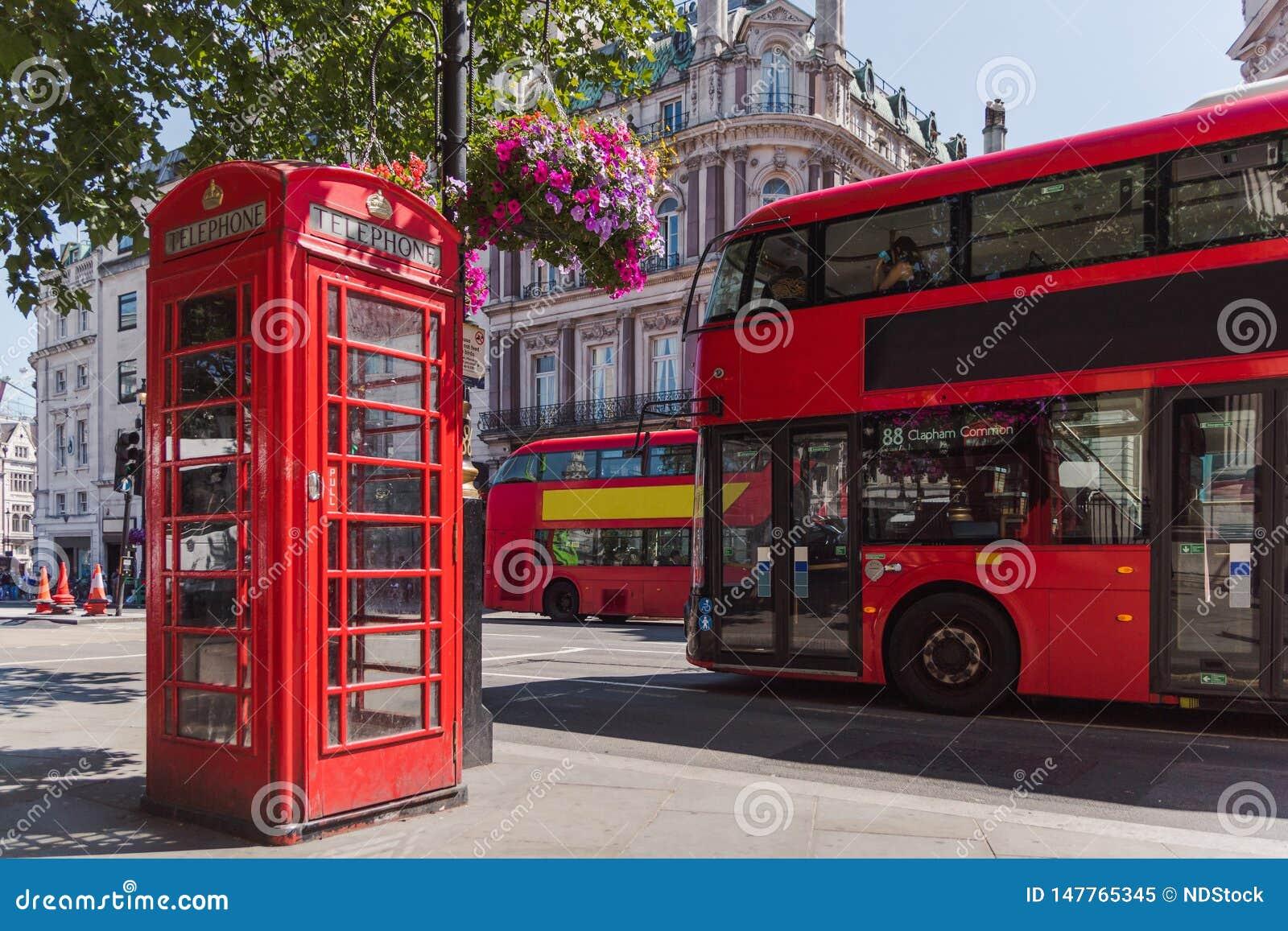 Τηλεφωνική καμπίνα του Λονδίνου και διπλό λεωφορείο καταστρωμάτων