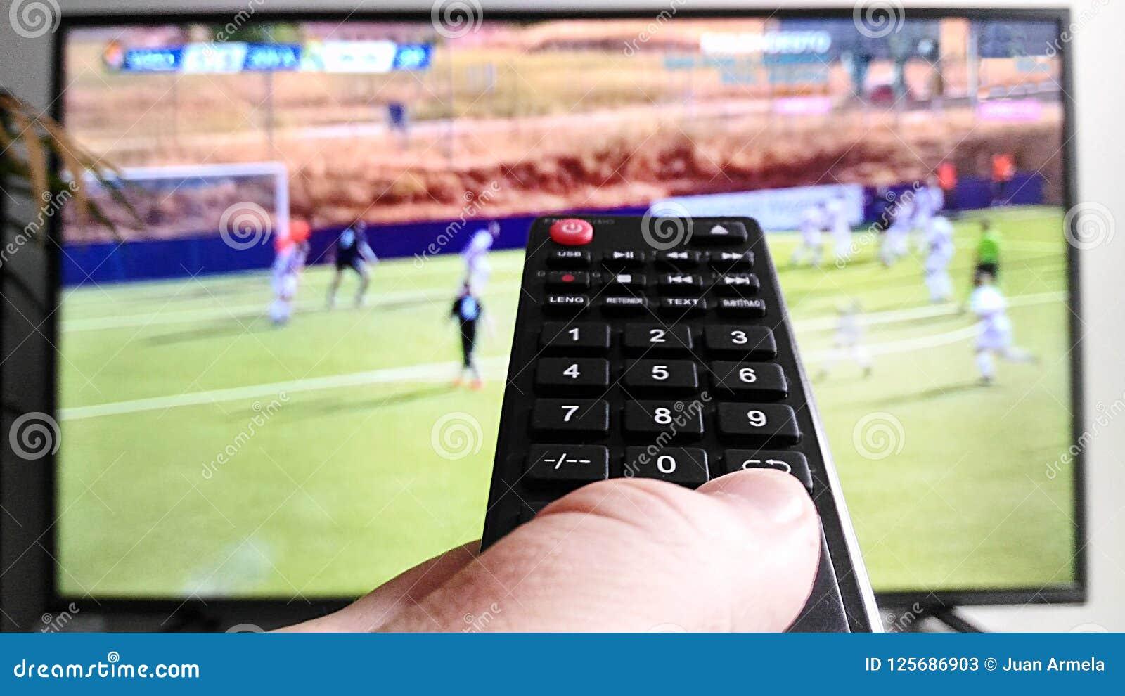 Τηλεχειρισμός που προσέχει τη TV στο υπόβαθρο