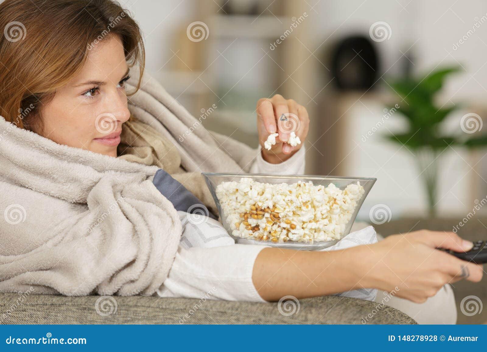 Τηλεόραση προσοχής γυναικών και κατανάλωση popcorn