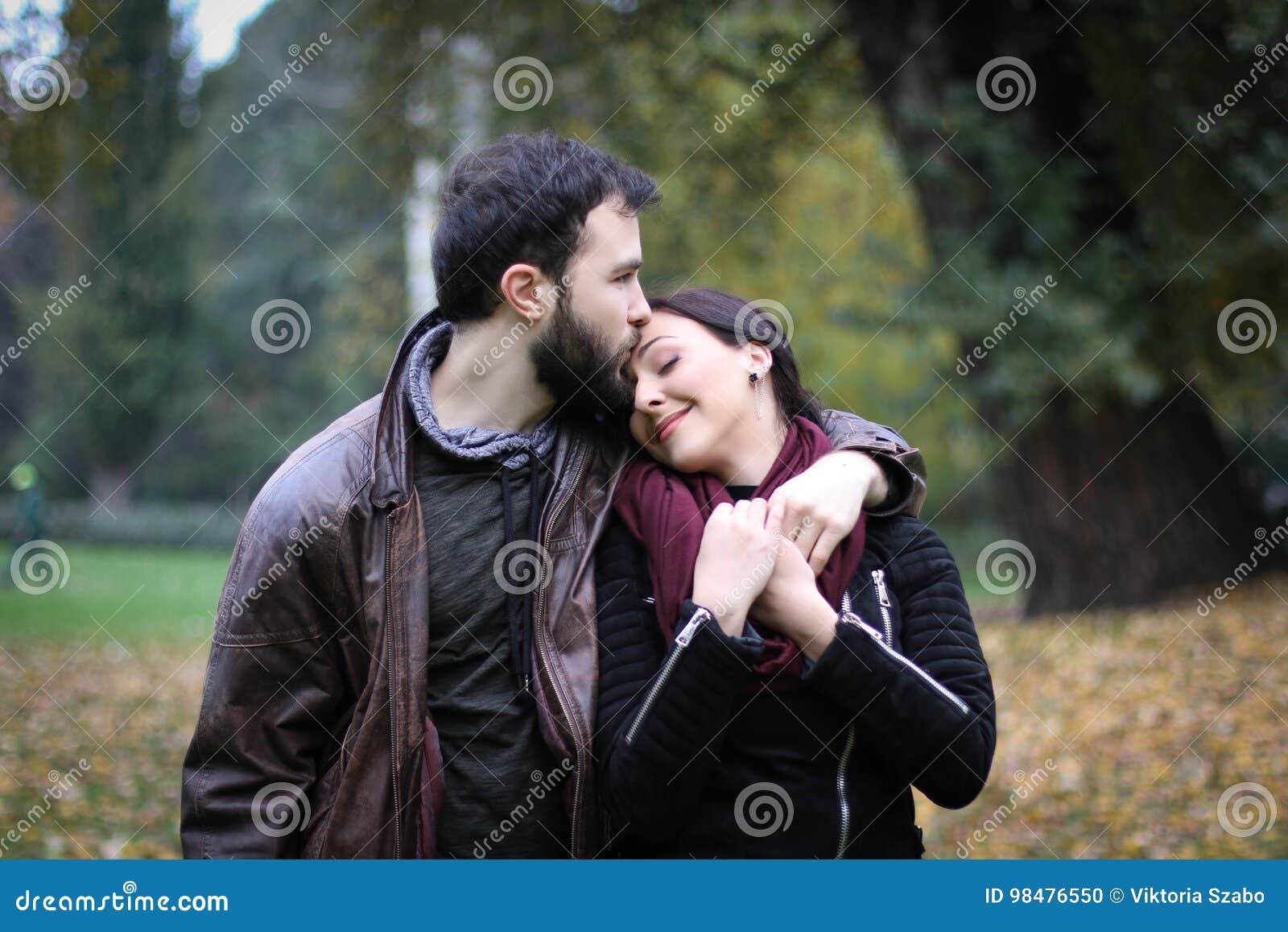 Την φιλήστε στο μέτωπο