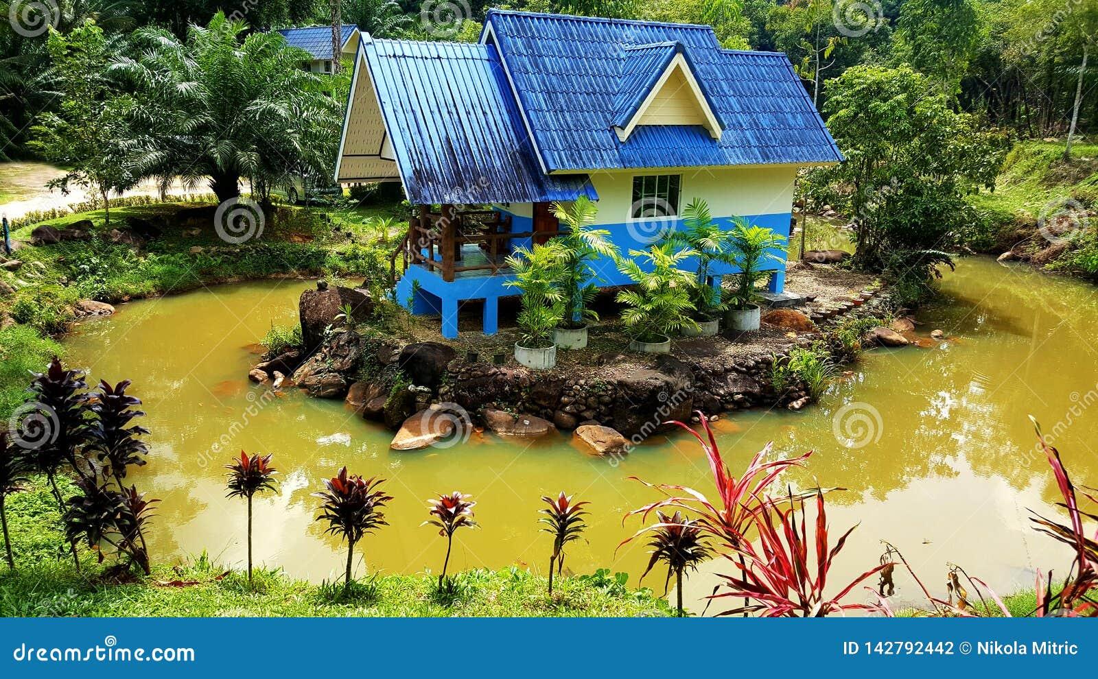 Της Ταϊλάνδης σπίτι που περιβάλλεται μοναδικό με το νερό