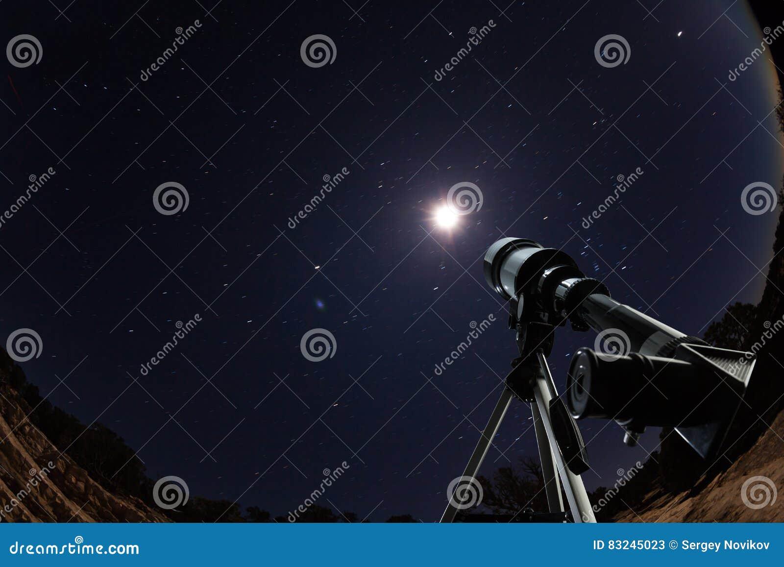 Τηλεσκόπιο πέρα από το νυχτερινό ουρανό με τα αστέρια και το φεγγάρι