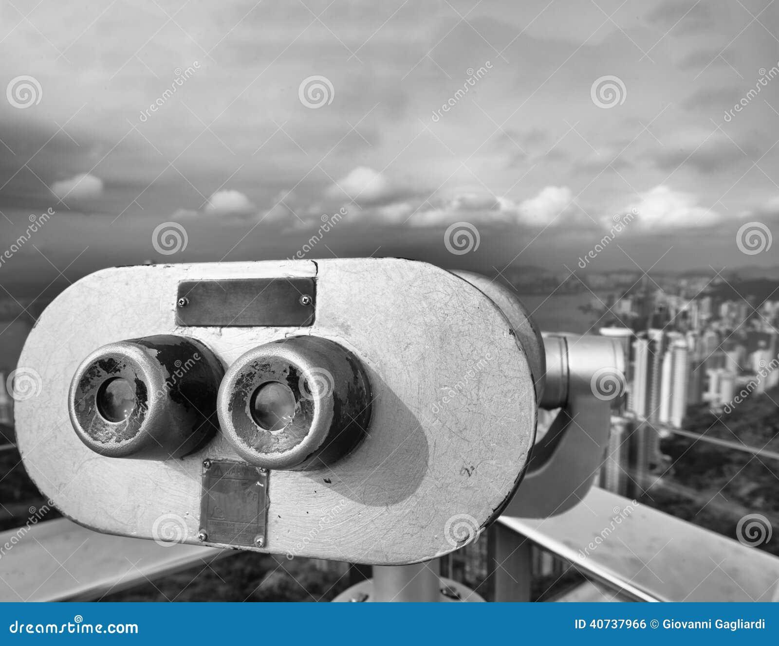 Τηλεσκόπιο που εξετάζει τους ουρανοξύστες πόλεων