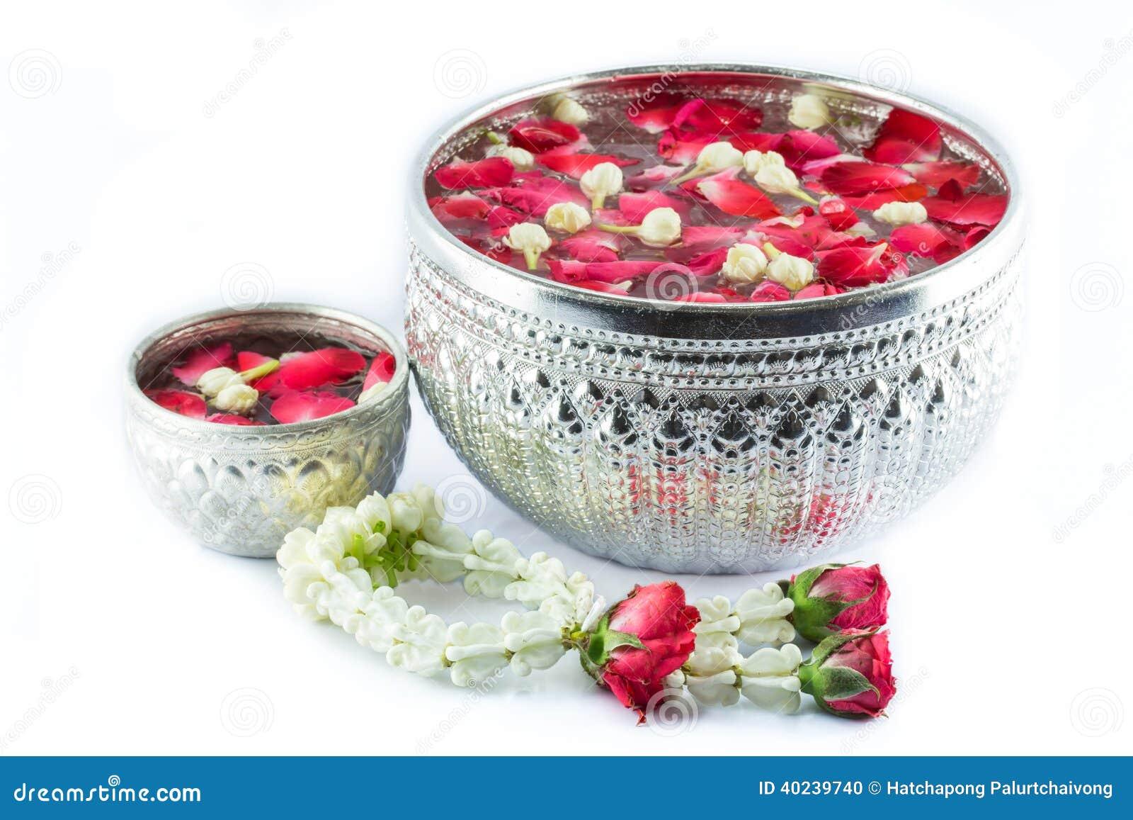 Τιμόνι λουλουδιών και νερό με το jusmine και το corolla ι τριαντάφυλλων