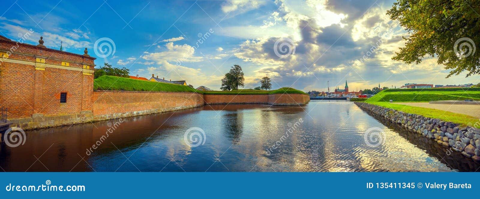 Τοίχοι και τάφρος φρουρίων με το νερό στο κάστρο Kronborg στο ηλιοβασίλεμα Δανία helsingor