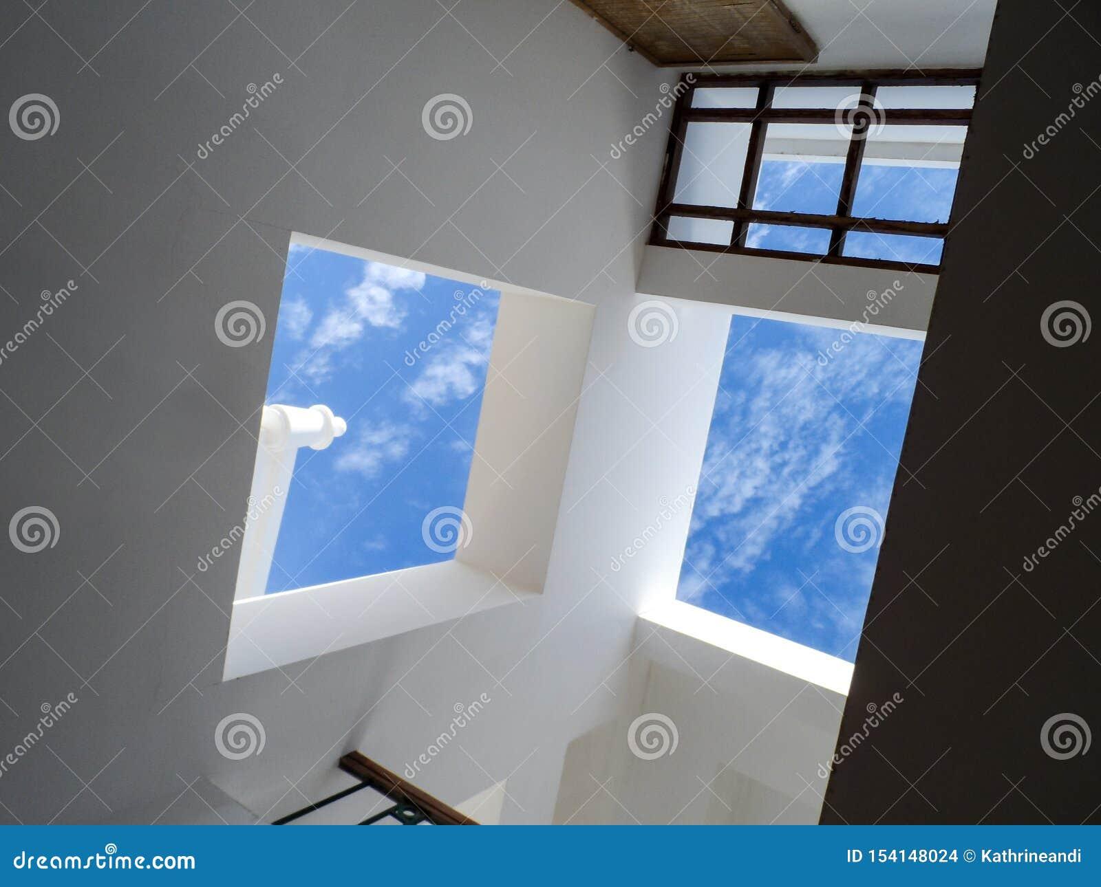 Τοίχοι με τα παράθυρα με το φωτεινό μπλε ουρανό