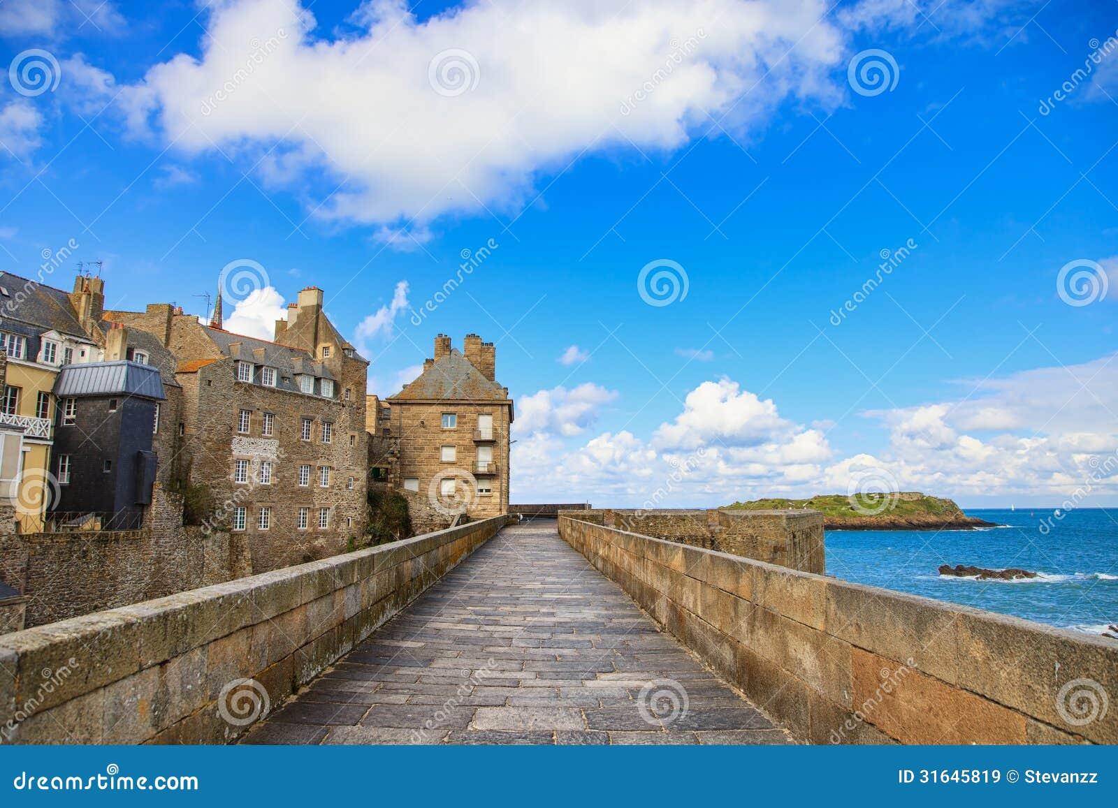 Τοίχοι, σπίτια και παραλία πόλεων Αγίου Malo. Βρετάνη, Γαλλία.