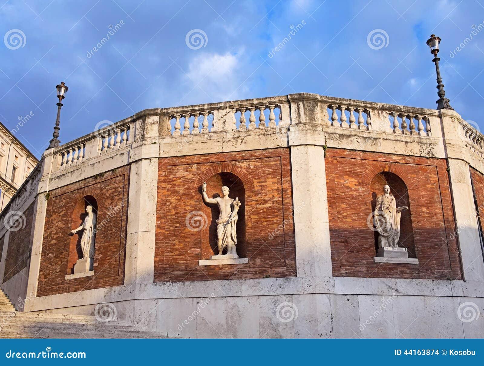 Τοίχος με τα παλαιά αγάλματα γύρω από το παλάτι Quirinal (Palazzo de