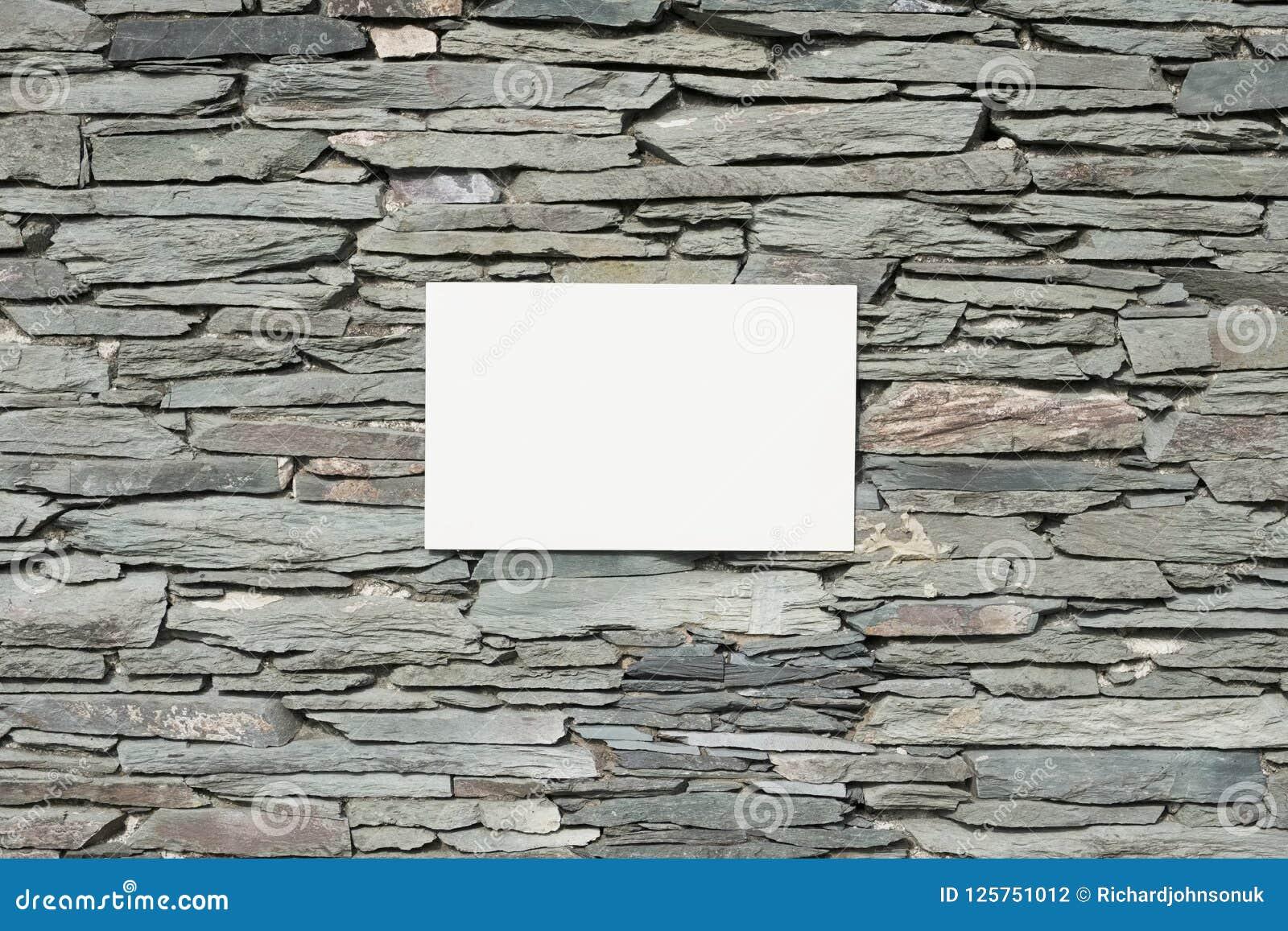 Τοίχος πλακών και κενό άσπρο υπόβαθρο σημαδιών εμβλημάτων