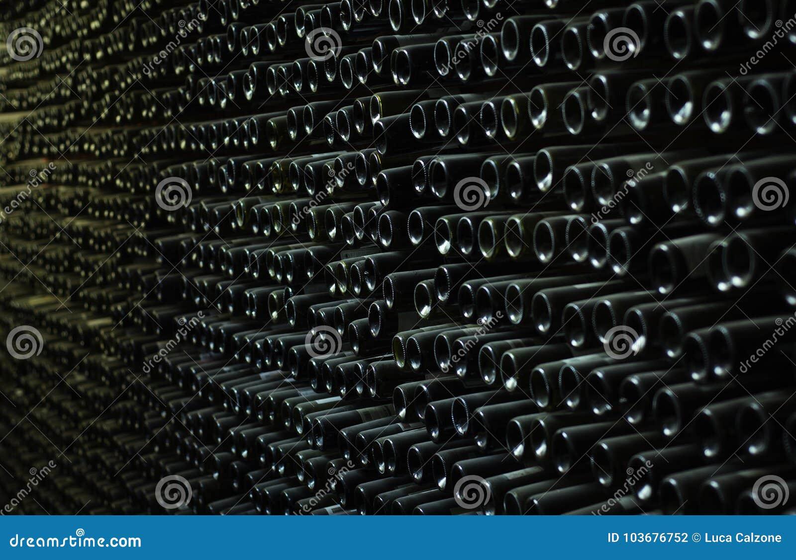 Τοίχος του συνόλου κελαριών των παλαιών μπουκαλιών κρασιού
