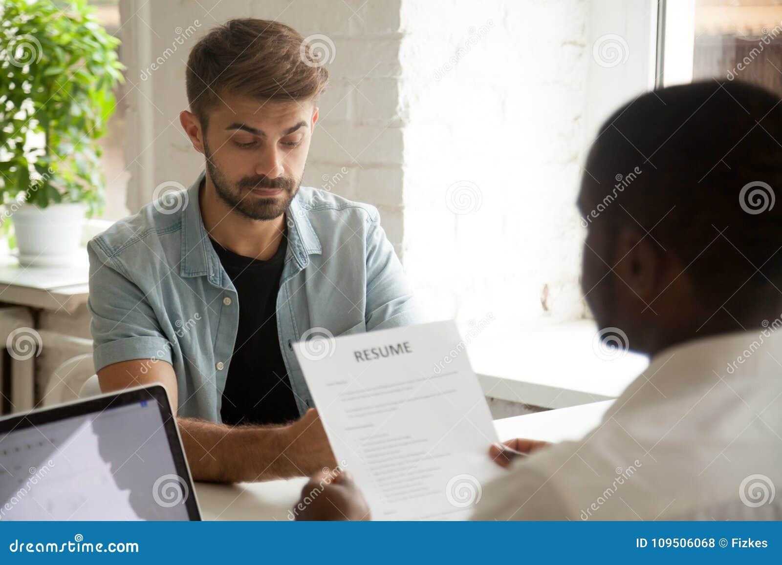 Τονισμένος υποψήφιος εργασίας νευρικό που ανησυχείται που αισθάνεται ενώ ανάγνωση ωρ.