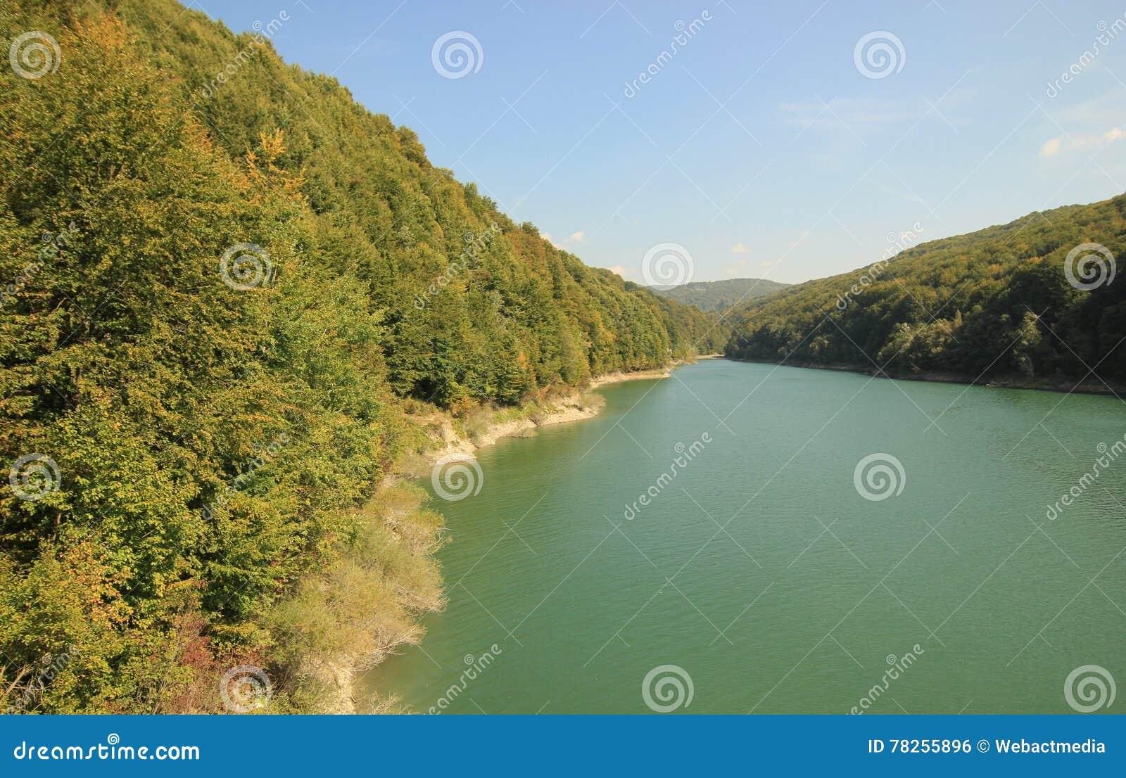 Τοπίο βουνών και ποταμών