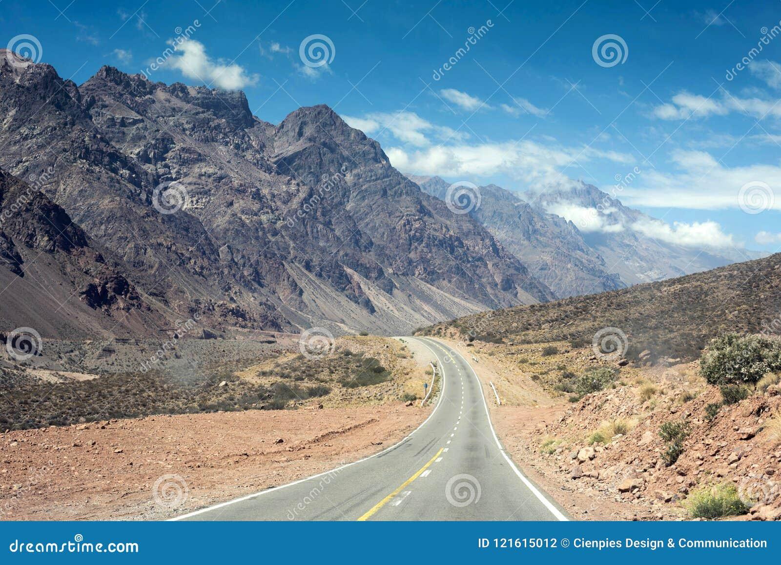 Τοπίο βουνών με το δρόμο στη θερινή περιπέτεια