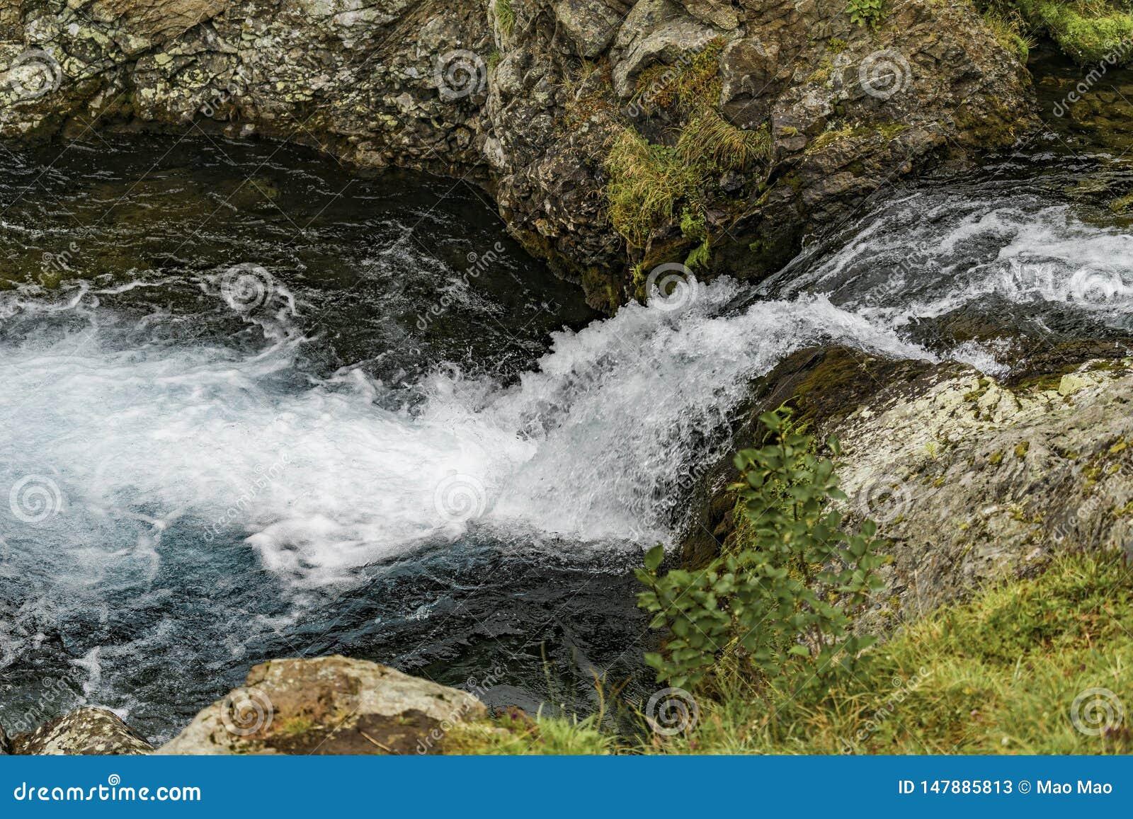 Τοπίο βουνών Kamchatka: όμορφος καταρράκτης Θερινό τοπίο Kamchatka