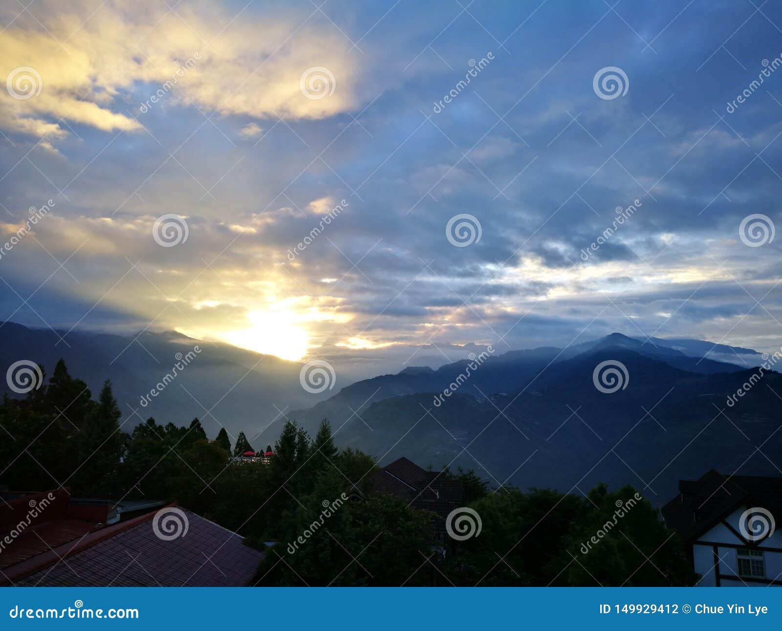 Τοπίο βουνών Sunsise σύννεφων πρωινού