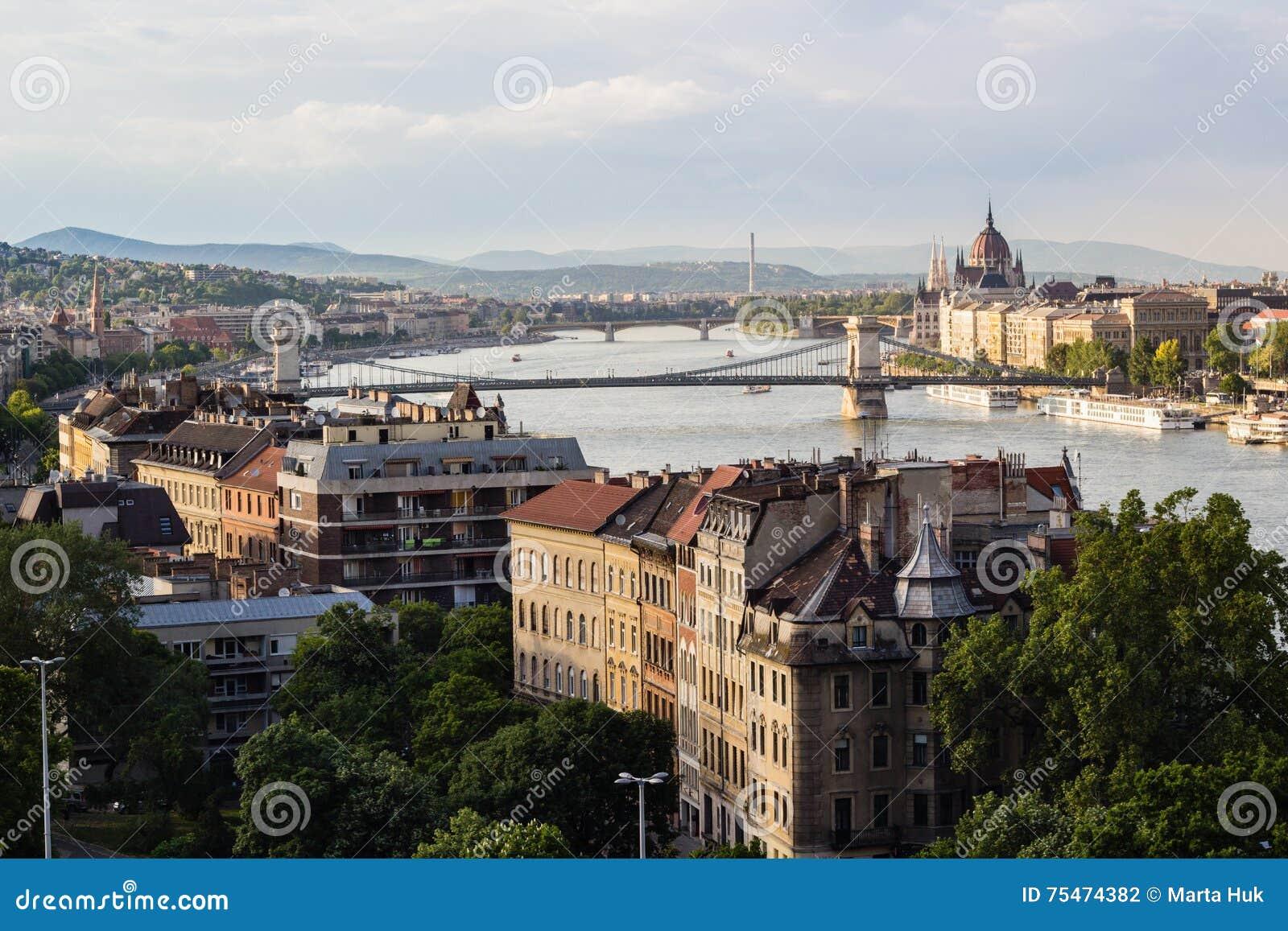 Τοπίο εικονικής παράστασης πόλης των γεφυρών πέρα από τον ποταμό Donau στη Βουδαπέστη