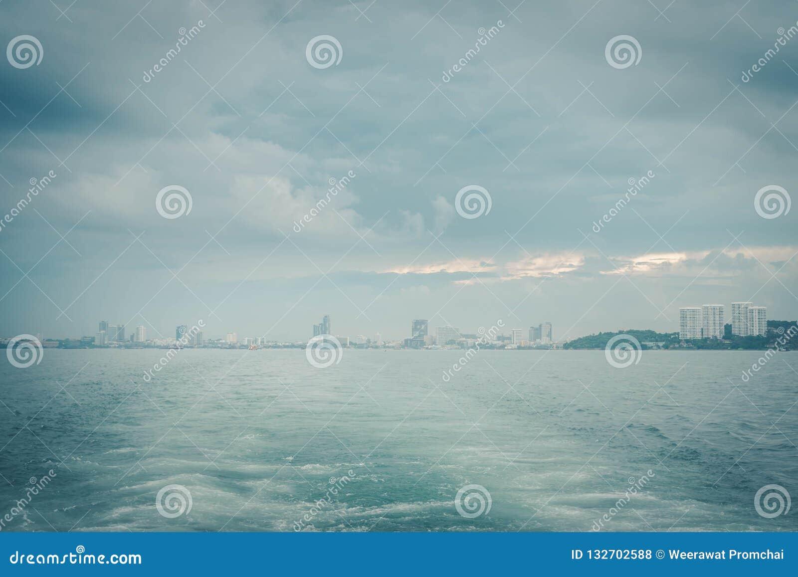 Τοπίο θάλασσας και ίχνος βαρκών