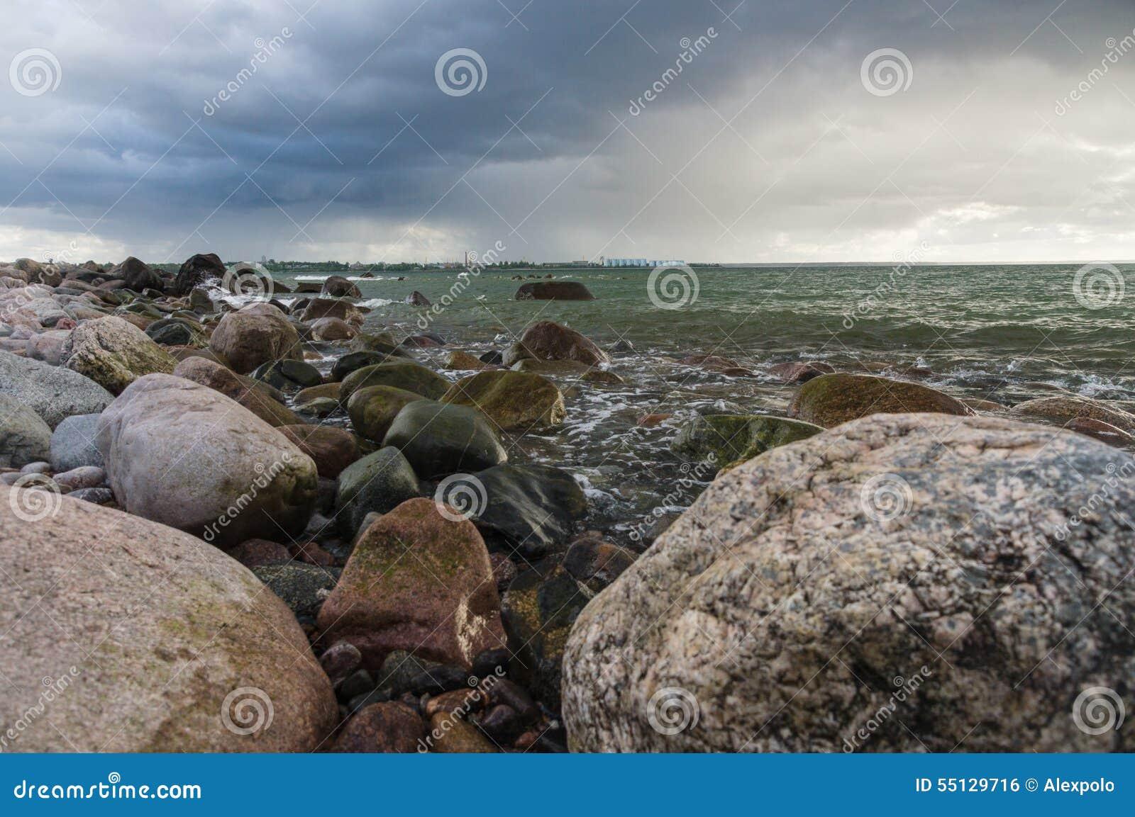 Τοπίο θύελλας της δύσκολης ακτής της θάλασσας της Βαλτικής
