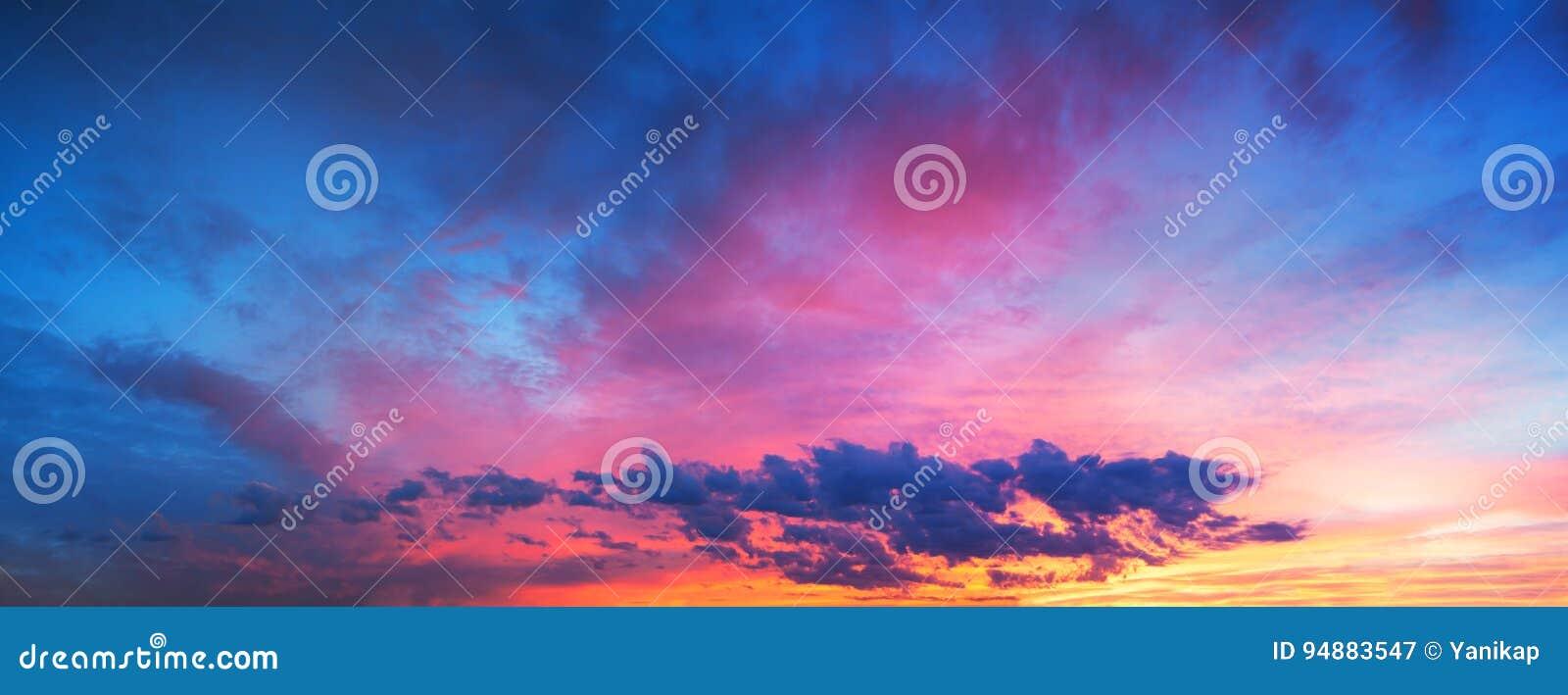 Τοπίο με τον ουρανό, τα σύννεφα και την ανατολή μια πανοραμική άποψη