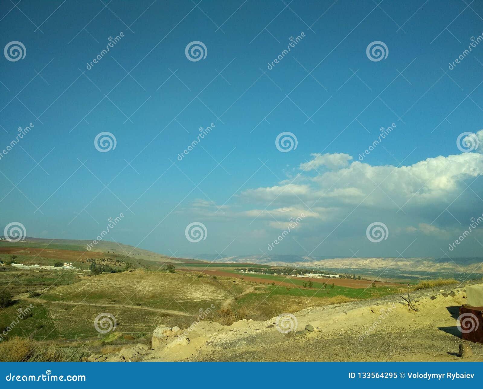 Τοπίο μπλε λευκό ουρανού σύννεφων Τα βουνά στην απόσταση desktop