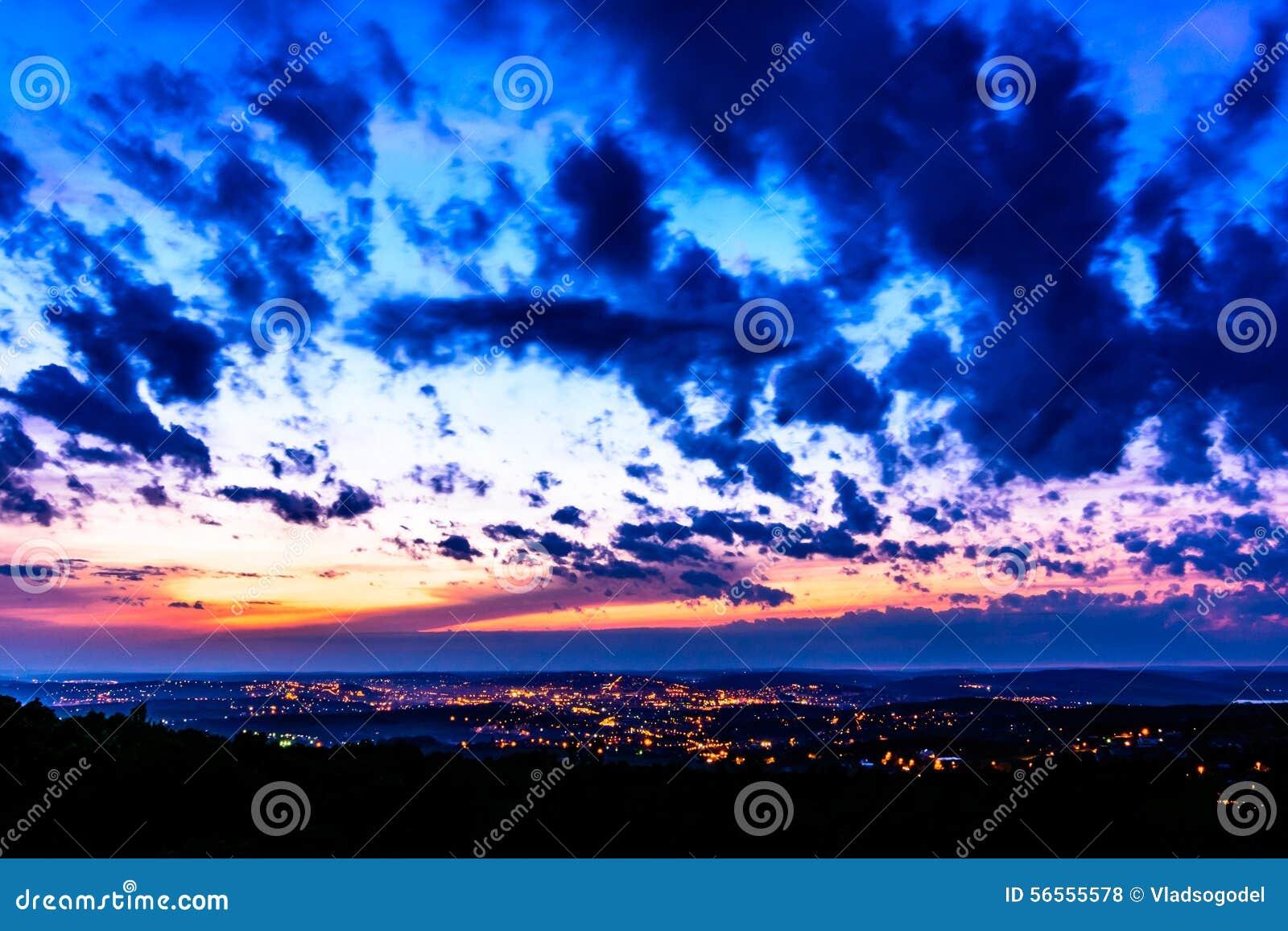 Download Τοπίο νύχτας που αντιπροσωπεύει την πόλη Iasi που φωτίζεται τη νύχτα στη Ρουμανία Άποψη από το λόφο Bucium Στοκ Εικόνες - εικόνα από νύχτα, αρχιτεκτονικής: 56555578