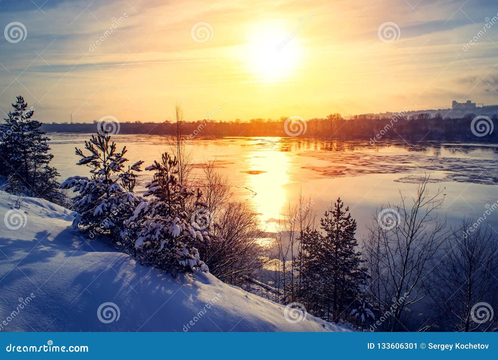 Τοπίο οριζόντων ποταμών φύσης χειμερινού χιονιού ηλιοβασιλέματος Δασική άποψη ηλιοβασιλέματος ποταμών χειμερινού χιονιού Χιόνι χε